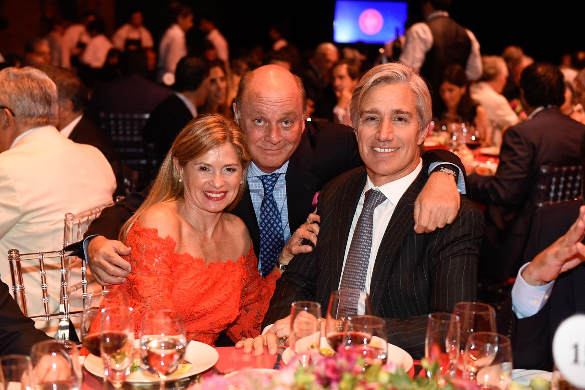 La senadora nacional, María Laura Leguizamón, junto a su marido Marcelo Figueiras, presidente de Laboratorios Richmond, y Martín Cabrales