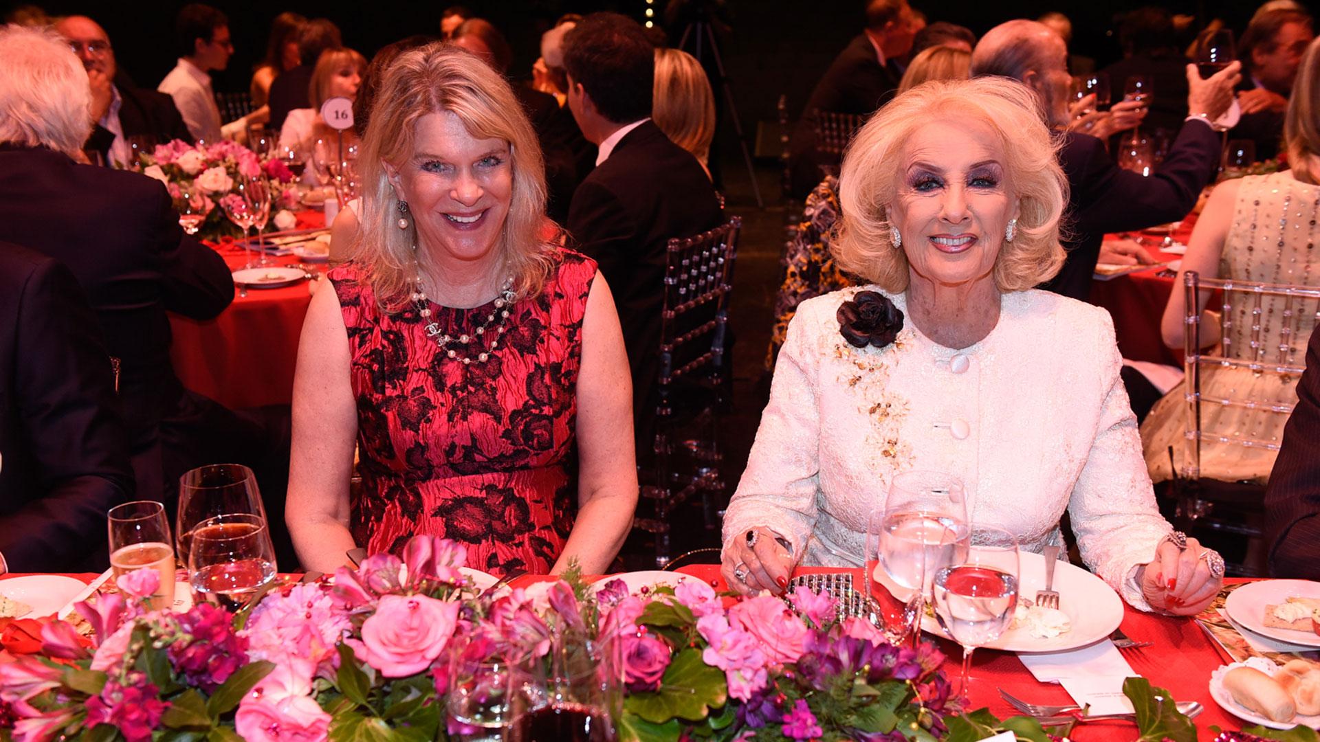 Eva Soldati y Mirtha Legrand en la mesa principal