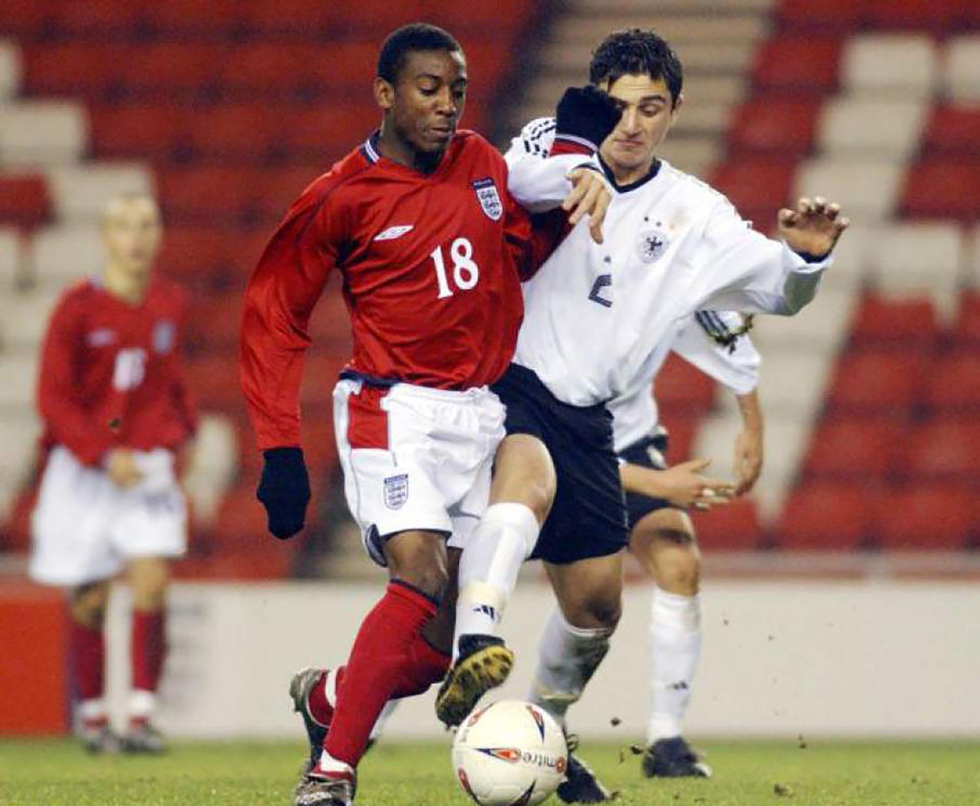 Burak Karan enfrentando a Inglaterra para una Selección juvenil de Alemania