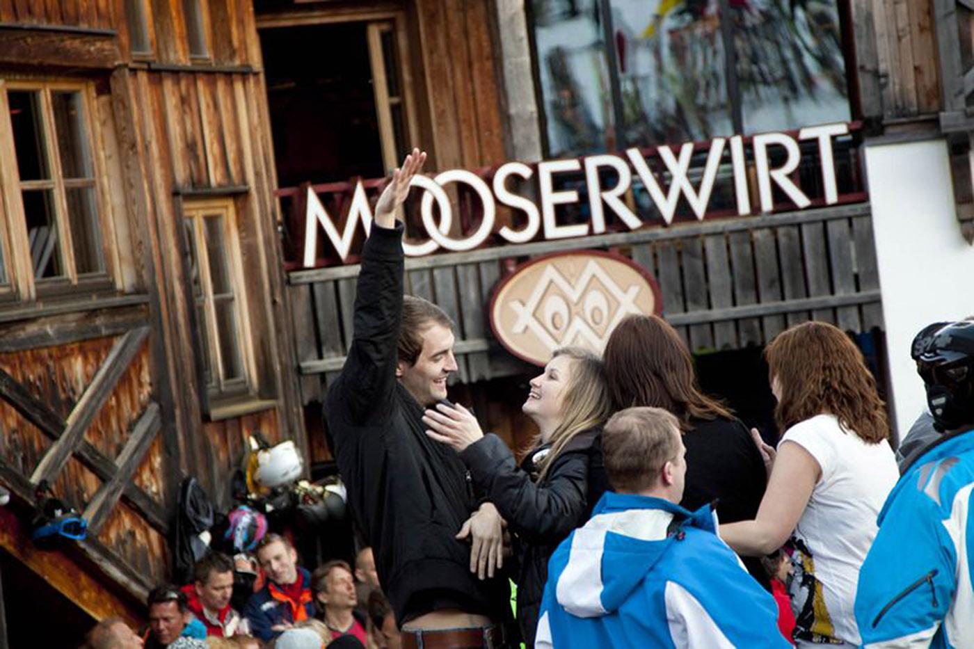 """La estridente barra de """"MooserWirt"""" sirve la mayor cantidad de cerveza por metro cuadrado en Austria (MooserWirt/The Washington Post)"""