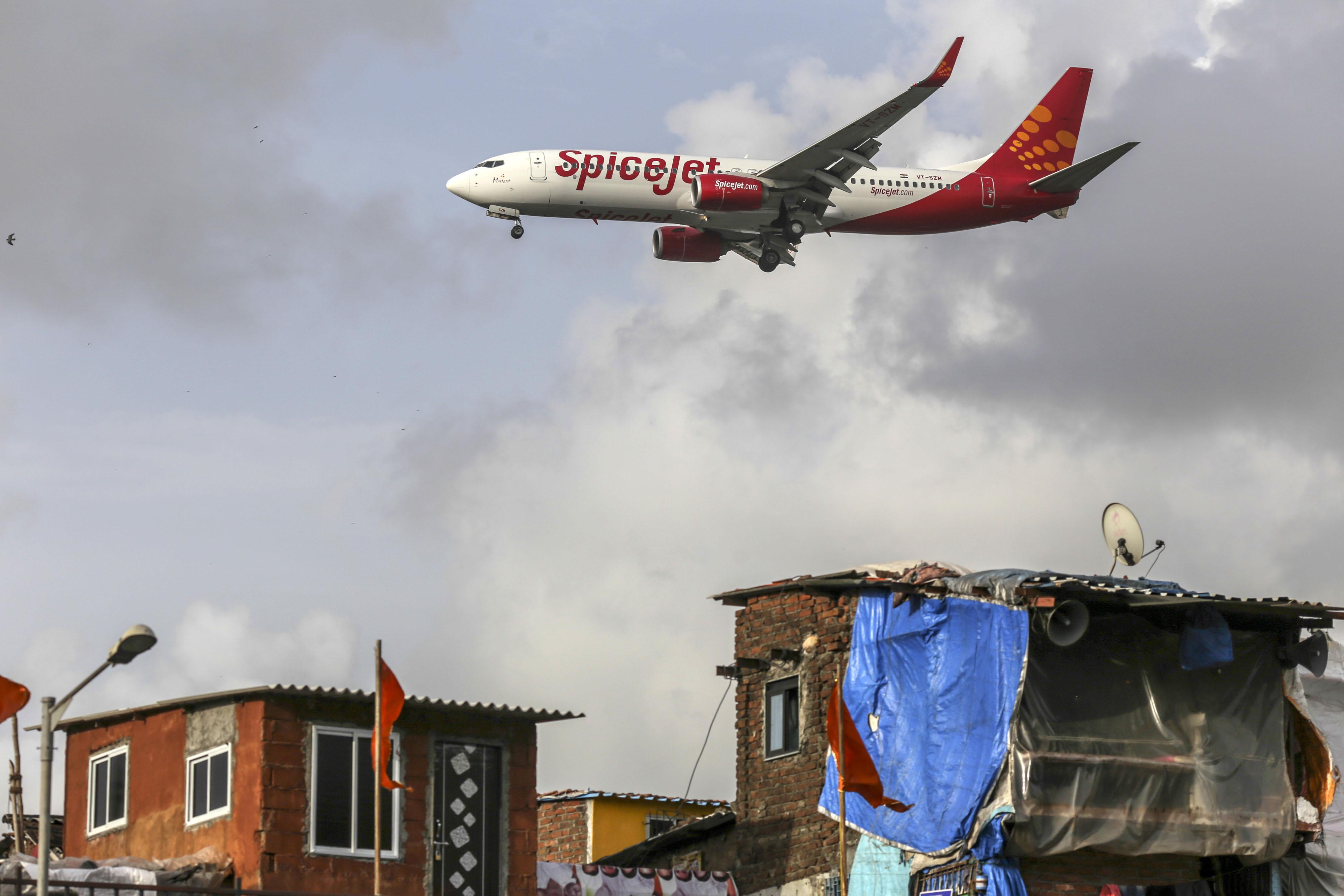 Un avión de SpiceJet se prepara para aterrizar en el Aeropuerto Internacional de Chhatrapati Shivaji (Mumbai, India) (Bloomberg/The Washington Post/ Dhiraj Singh)