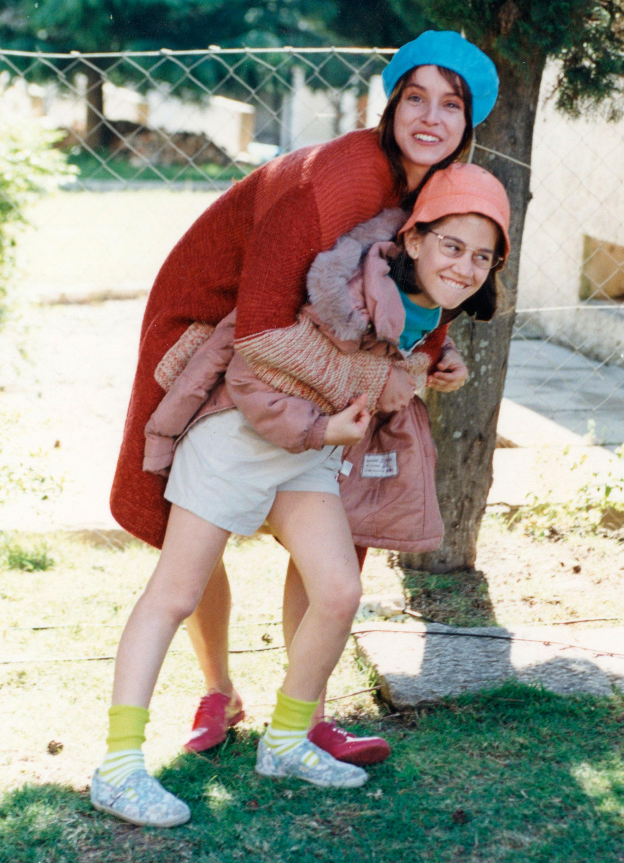Junto a Ingrid Rubio, su hermana en la película. Foto: Archivo Atlántida Televisa
