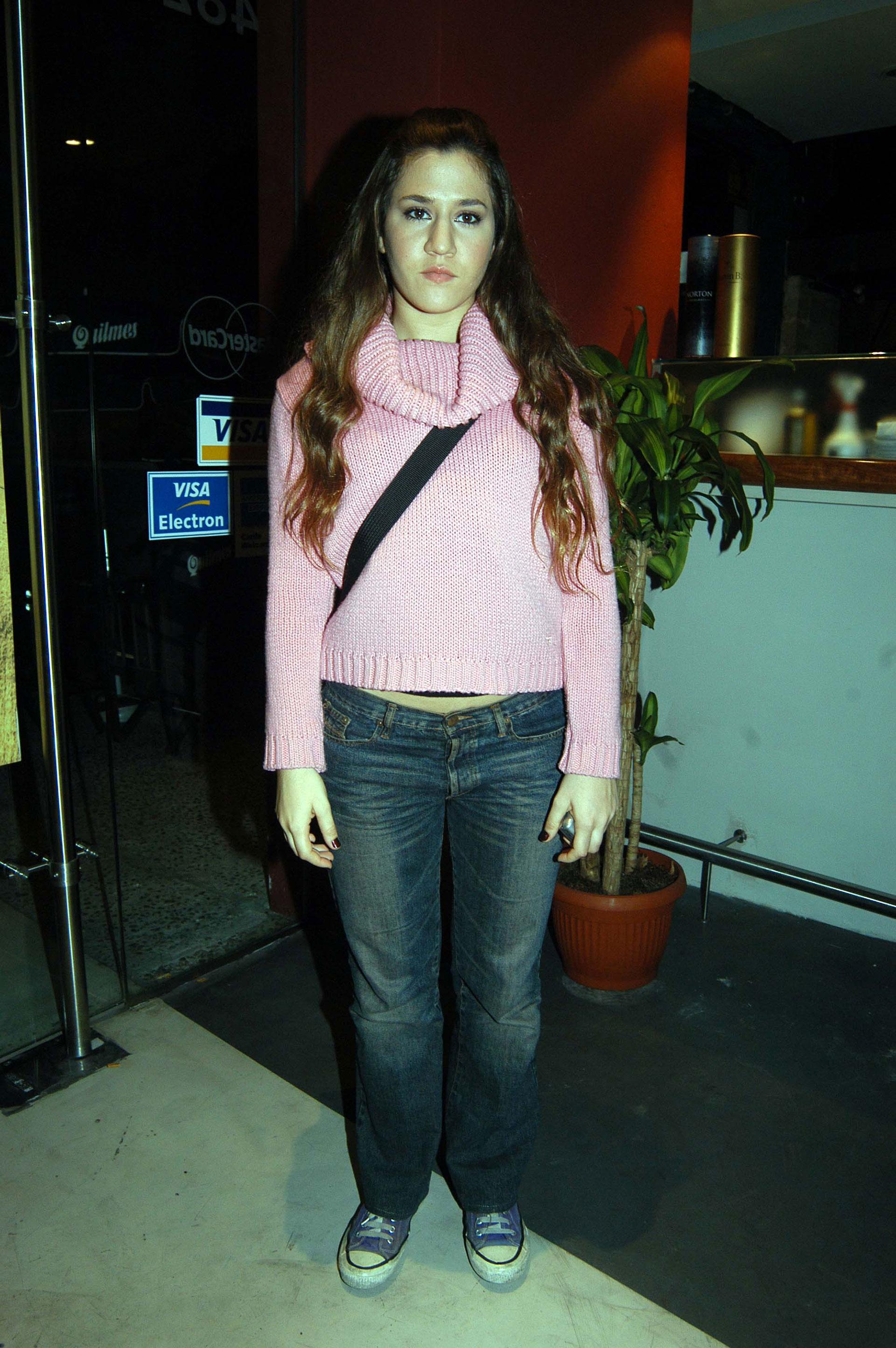 Sweater con cuello bote, jean recto, morral y zapatillas Converse, el uniforme de toda adolescente en el 2000. Foto: Archivo Atlántida Televisa