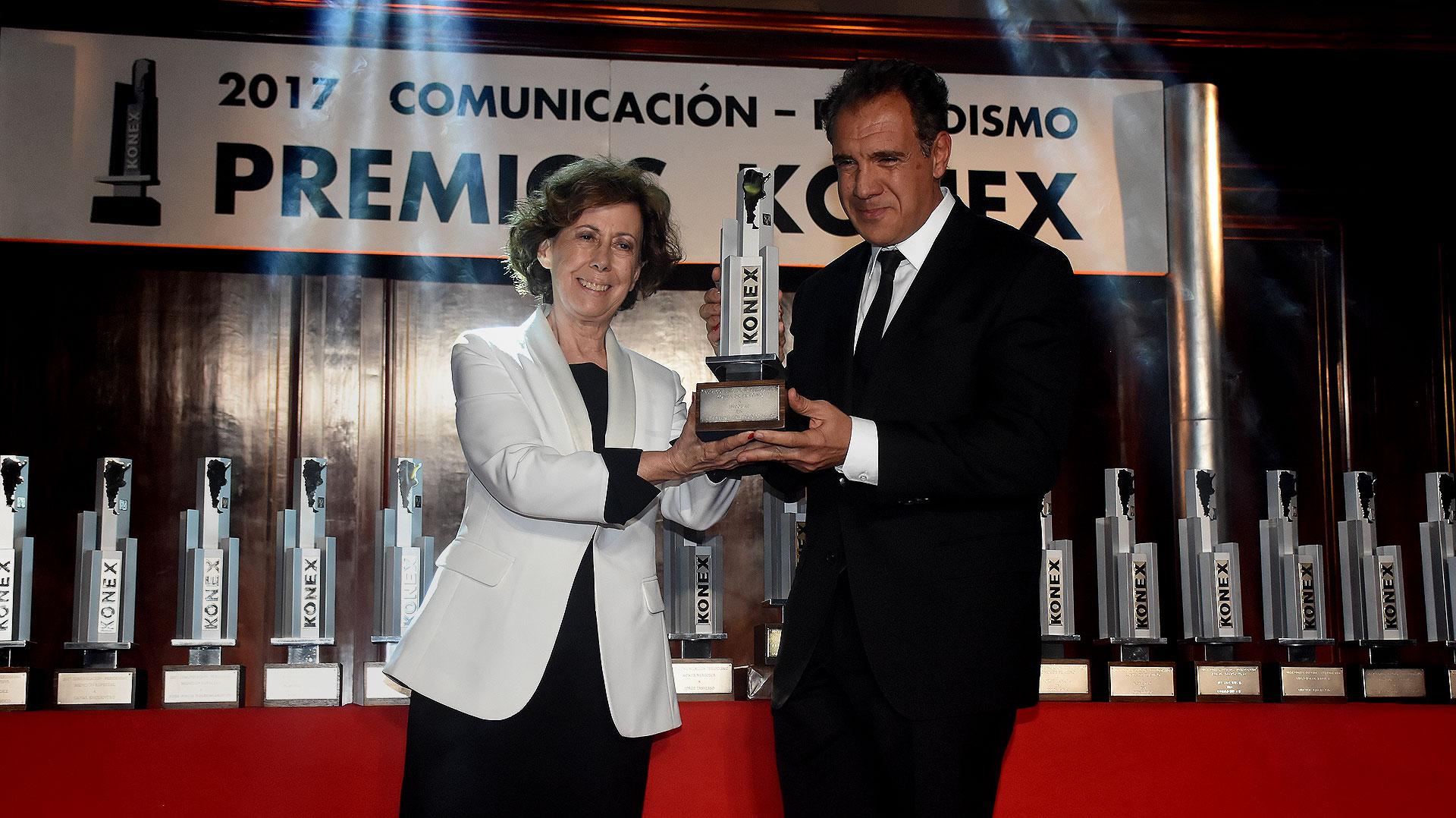 Infobae ganó el Konex de Platino en Emprendimientos Digitales. Su fundador, Daniel Hadad, recibió el premio de manos de Clara Mariño, integrante del Gran Jurado