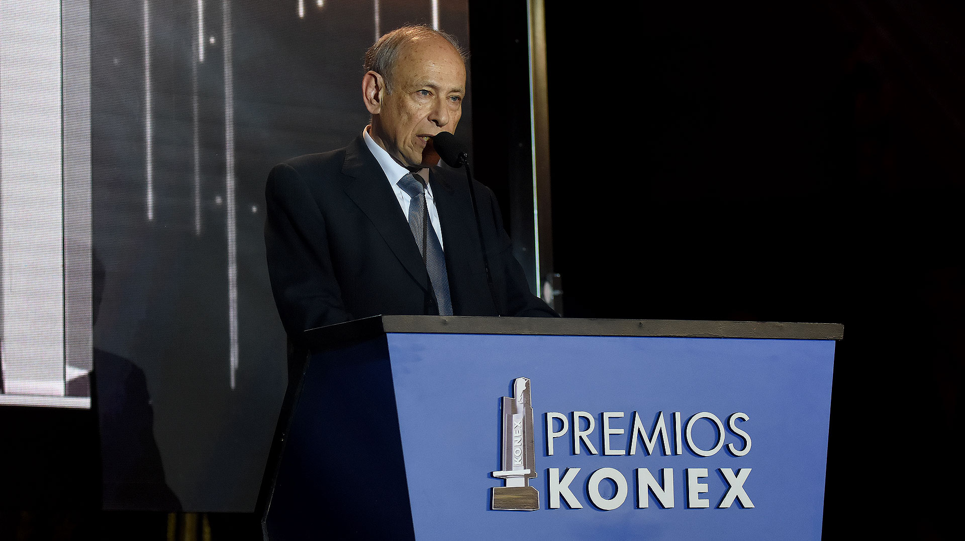 El presidente de la Fundación Konex, Luis Ovsejevich, durante la ceremonia de entrega de los Premios Konex 2017 – Comunicación – Periodismo, que se llevó a cabo en el Salón de Actos de la Facultad de Derecho de la Universidad de Buenos Aires
