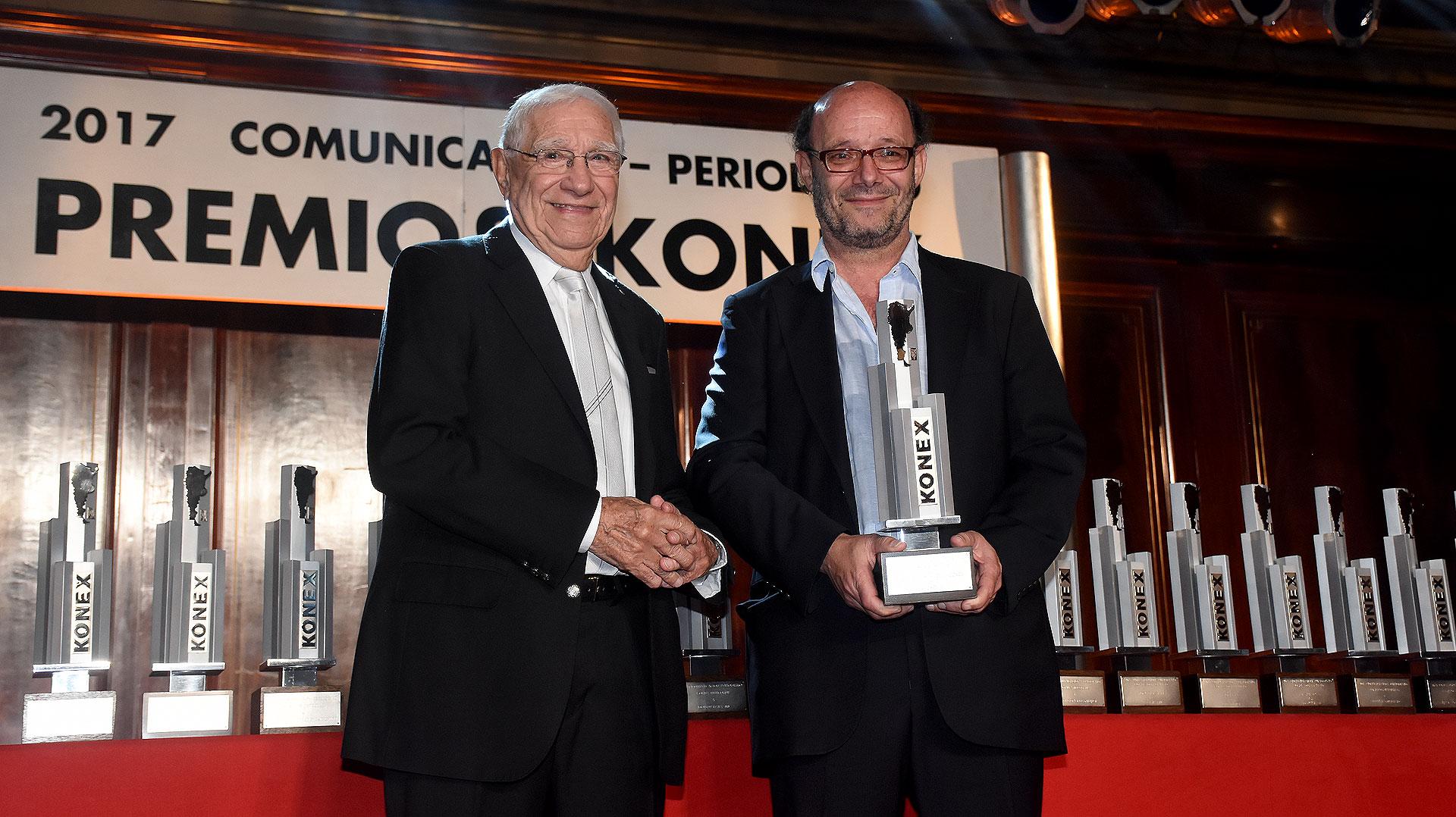 Enrique Macaya Márquez le entregó el Konex de Platino en Deportes a Ezequiel Fernández Moores