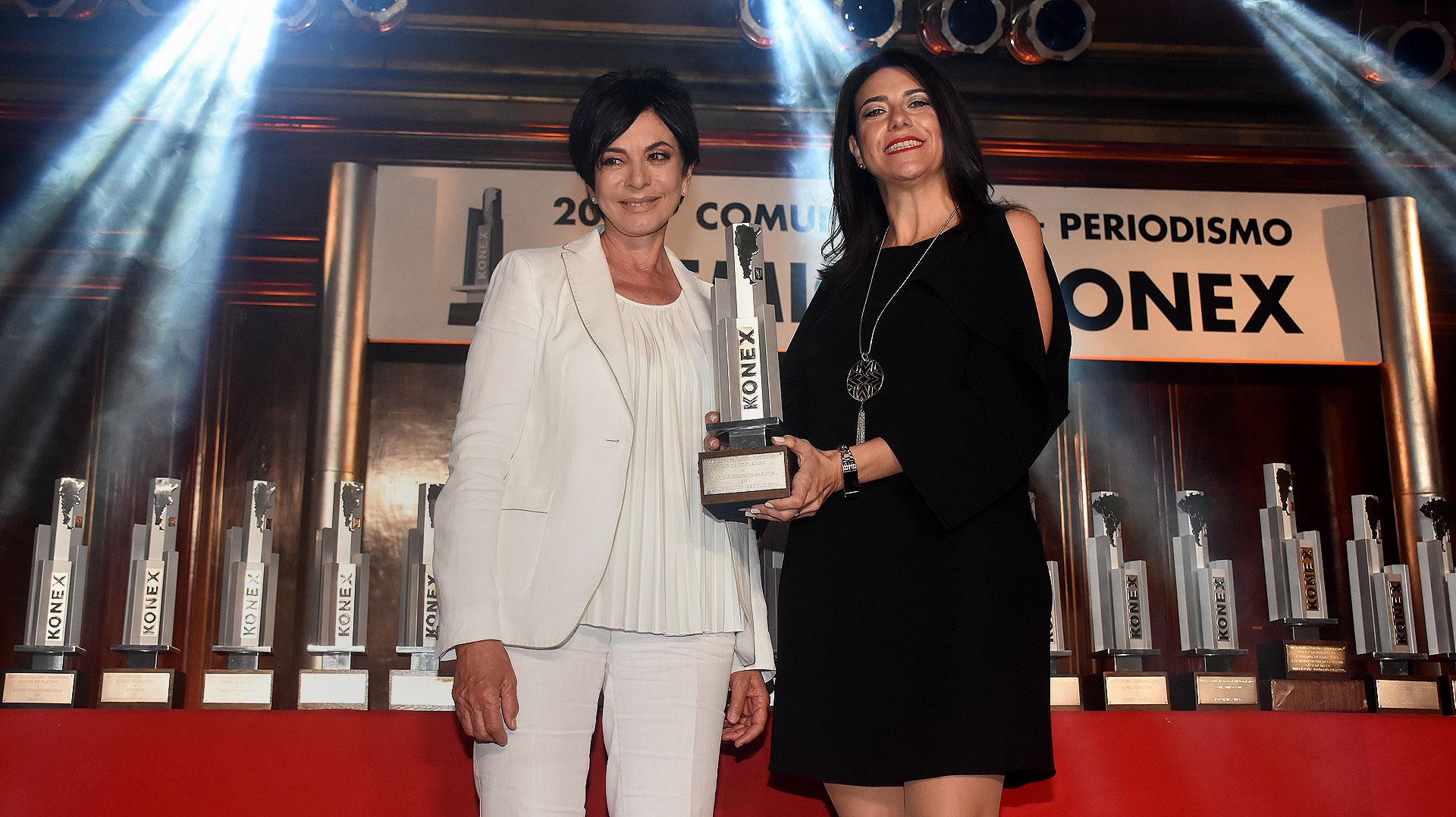 La periodista Mónica Gutiérrez le entregó el Konex de Platino a María Florencia Sabatini, categoría Comunicación Institucional