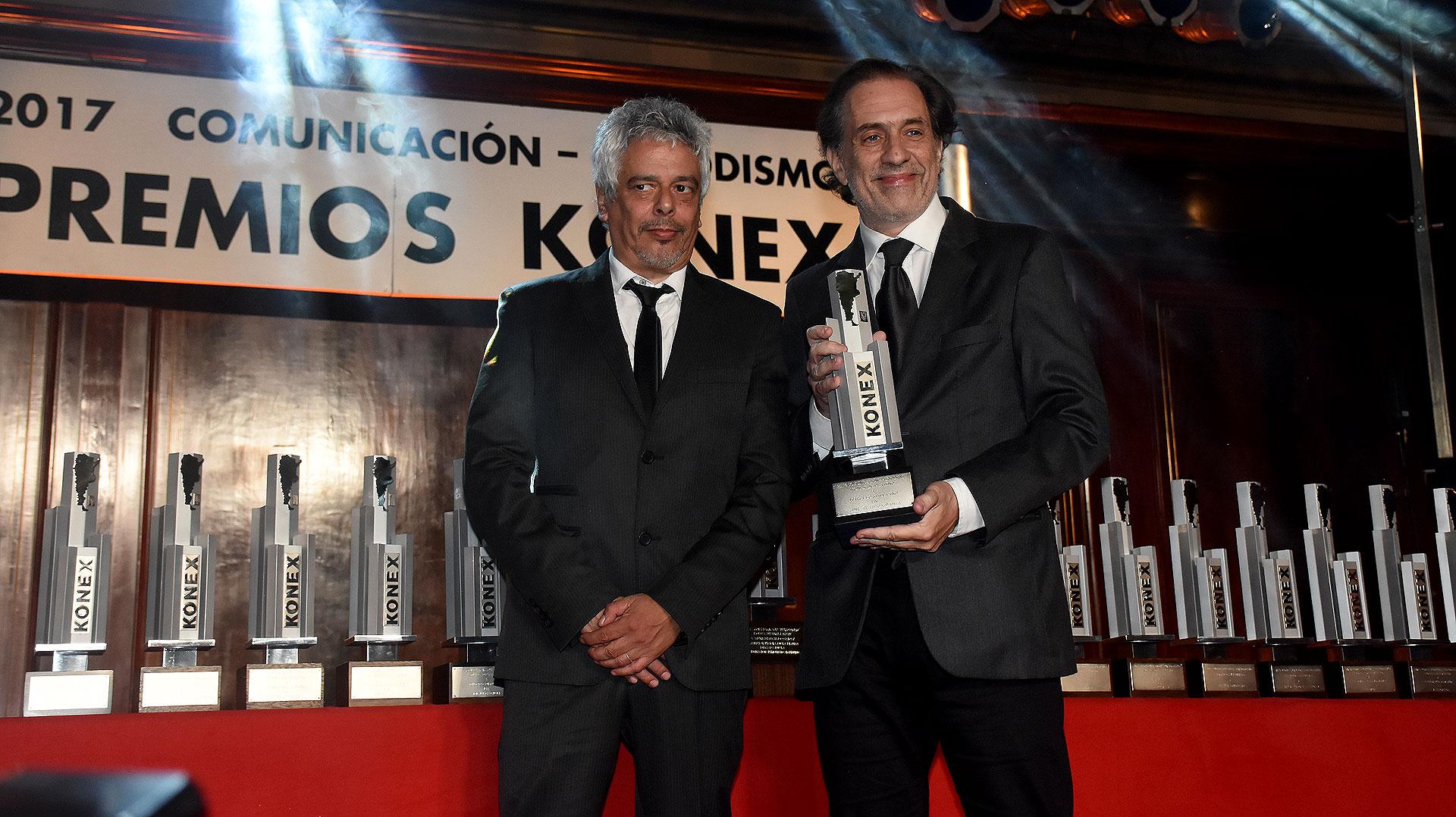 Marcelo Stiletano se adjudicó el Konex de Platino en Cine, Teatro y Danza. Recibió su premio de manos de Bobby Flores
