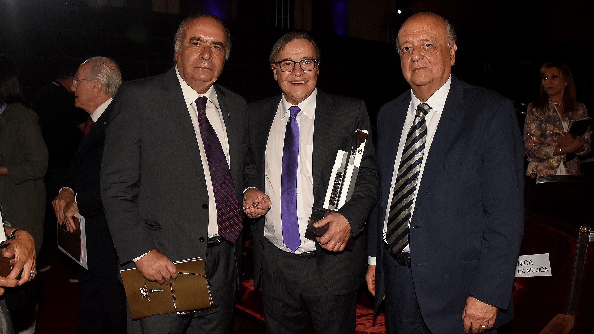 El embajador de Uruguay en la Argentina, Héctor Lescano; el ganador del Konex Mercosur Uruguay, Jorge Traverso; y el embajador de Chile en nuestro país, José Antonio Viera-Gallo