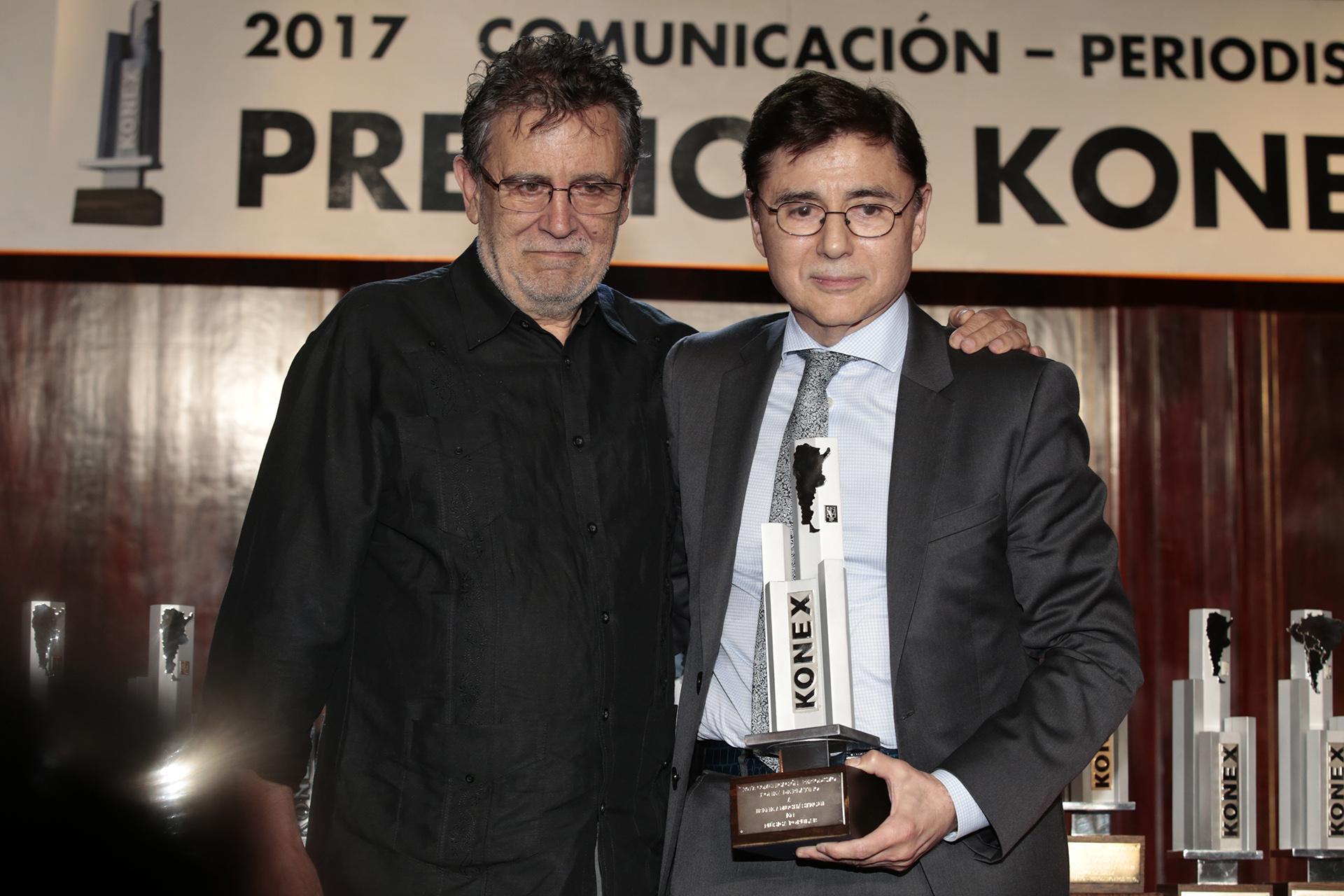 Jorge Fontevecchia recibió el Konex de Platino en Dirección Periodística, de manos de Roberto Pablo Guareschi