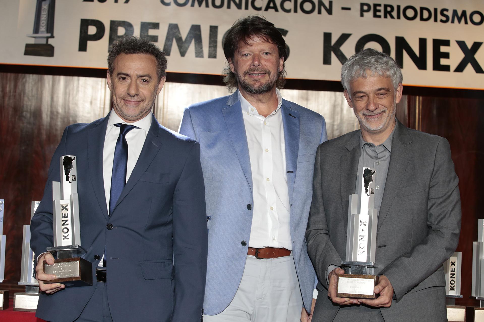 Luis Majul y Claudio Martínez recibieron el Konex de Platino en Producción Periodística, de manos de Carlos De Elía