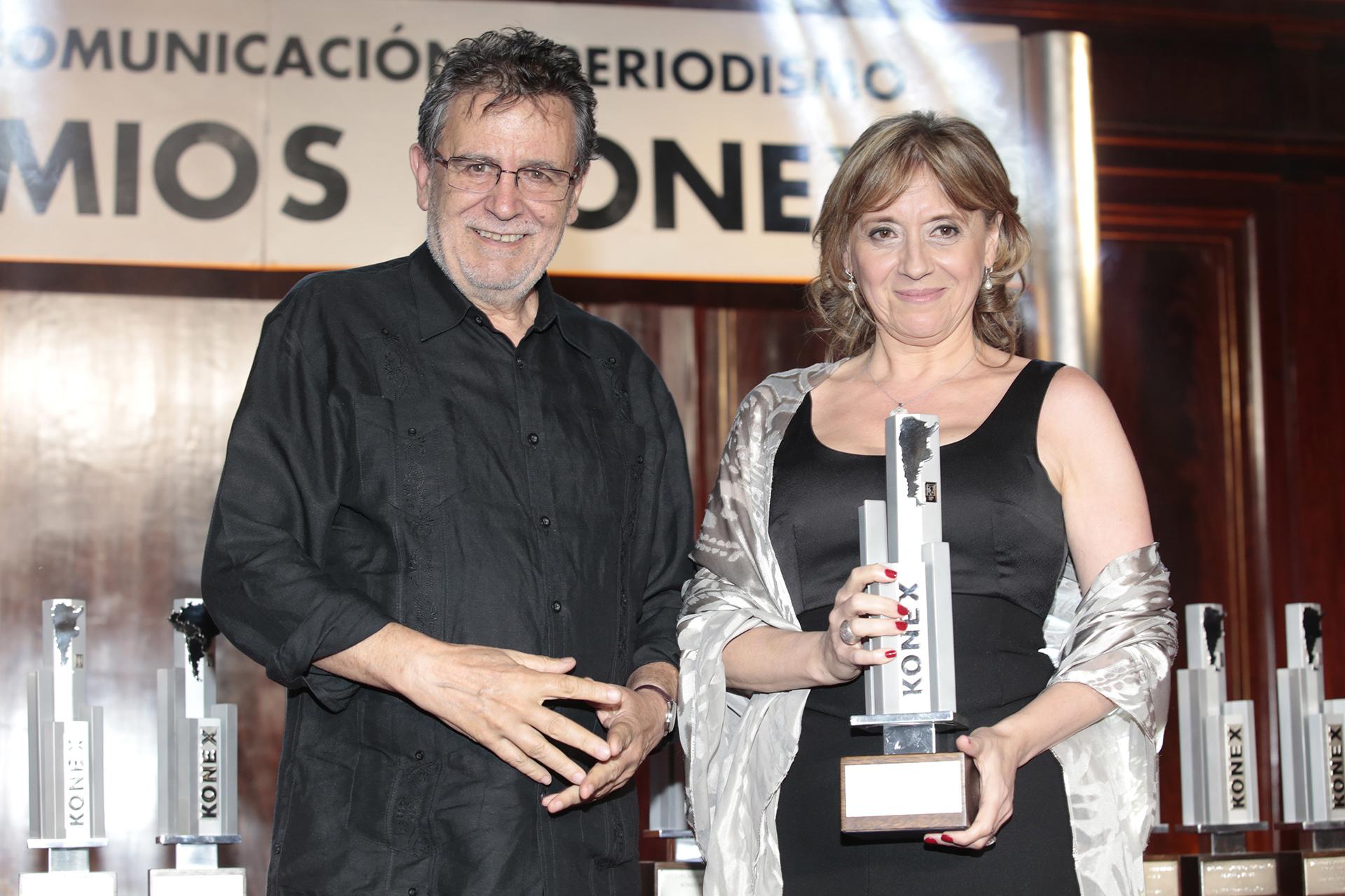 Hinde Pomeraniec, ganadora del Konex de Platino en la categoría Literaria. Lo recibió de manos de Roberto Pablo Guareschi
