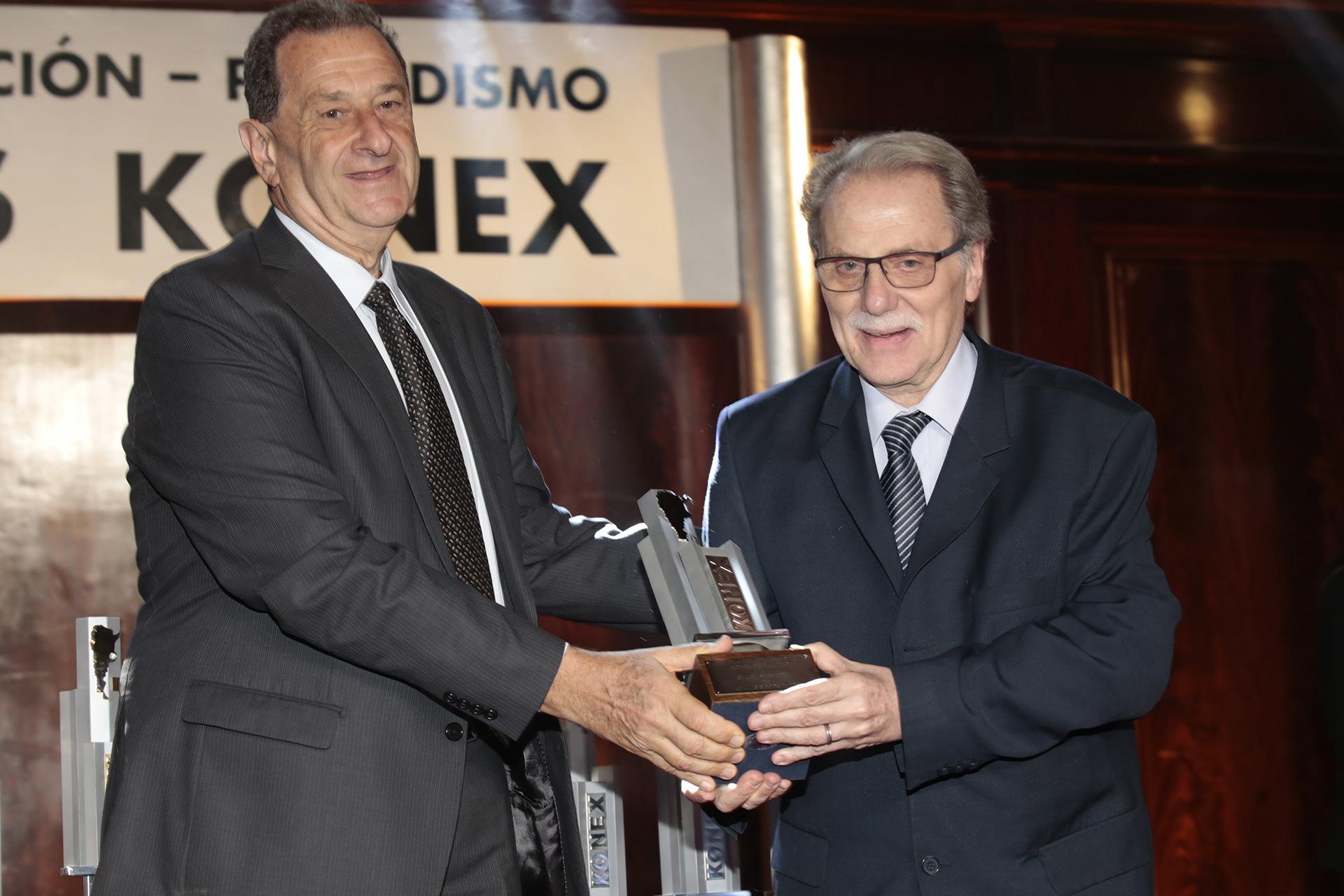Bernardo Kosacoff le entrega su Konex a Ismael Bermúdez