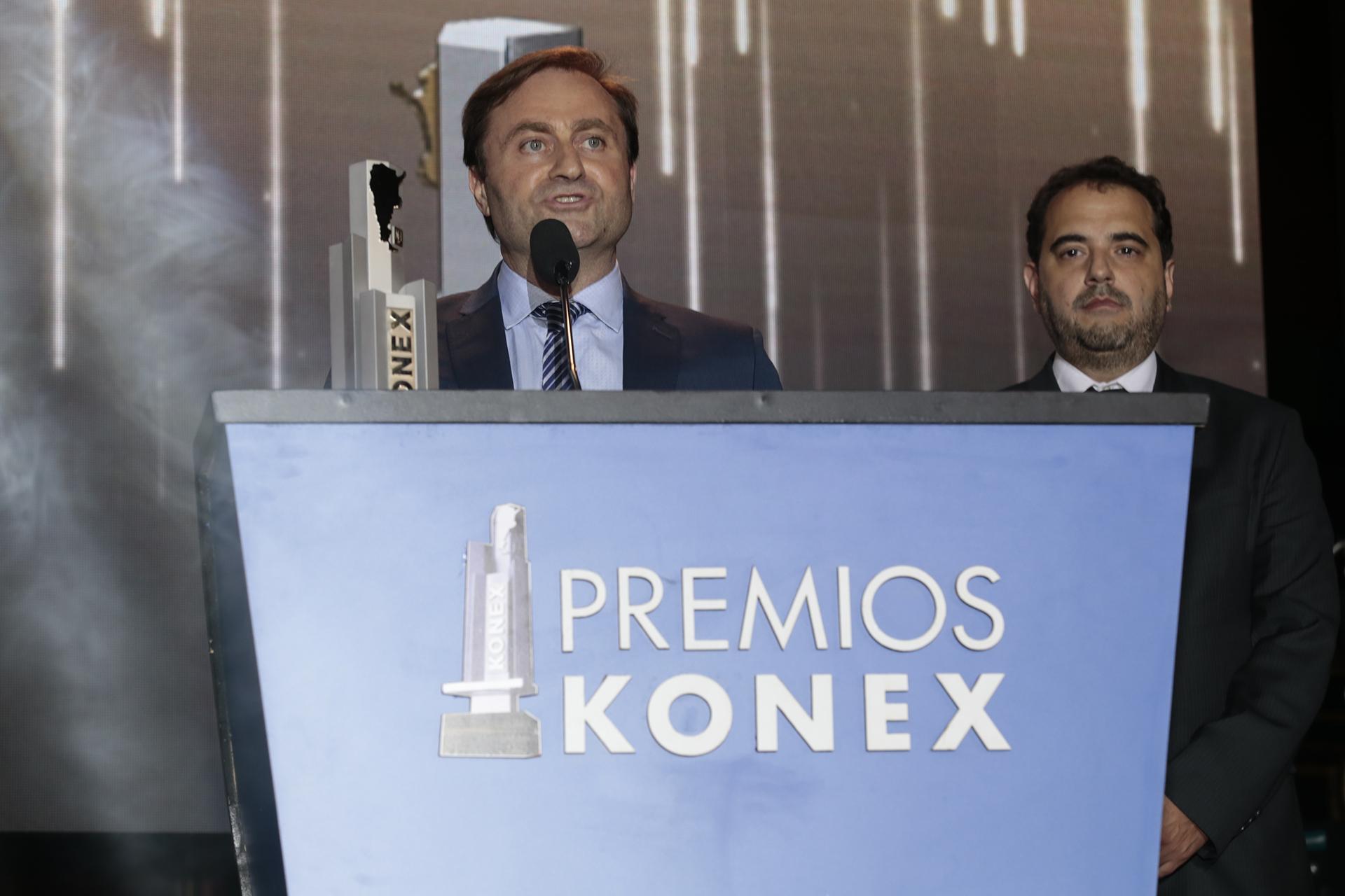 El presidente de FOPEA, Néstor Sclauzero, agradece la Mención Especial que recibió esa entidad, acompañado del ex presidente Gabriel Michi