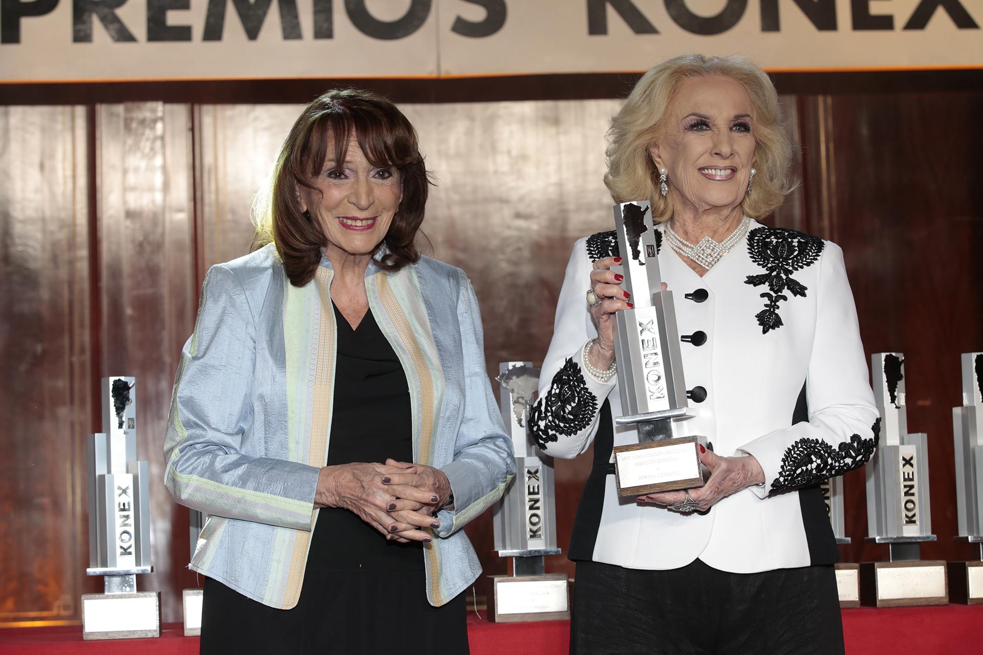 Magdalena Ruiz Guiñazú le entregó una Mención Especial a Mirtha Legrand