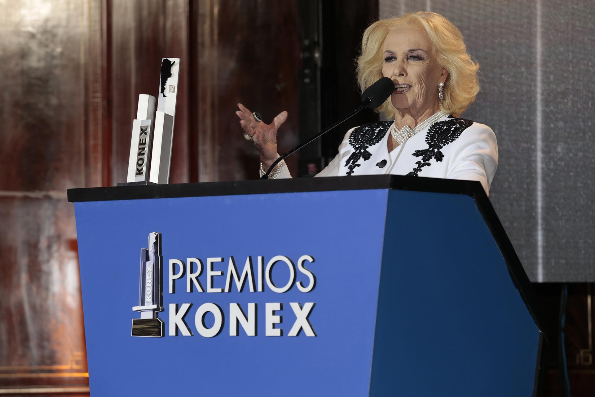 Mirtha Legrand durante su discurso. Las Menciones Especiales se otorgan a quienes, además de poseer sobrados méritos para ser premiados por su desempeño, se destacan por su importantísimo aporte a la Comunicacion- Periodismo Argentino