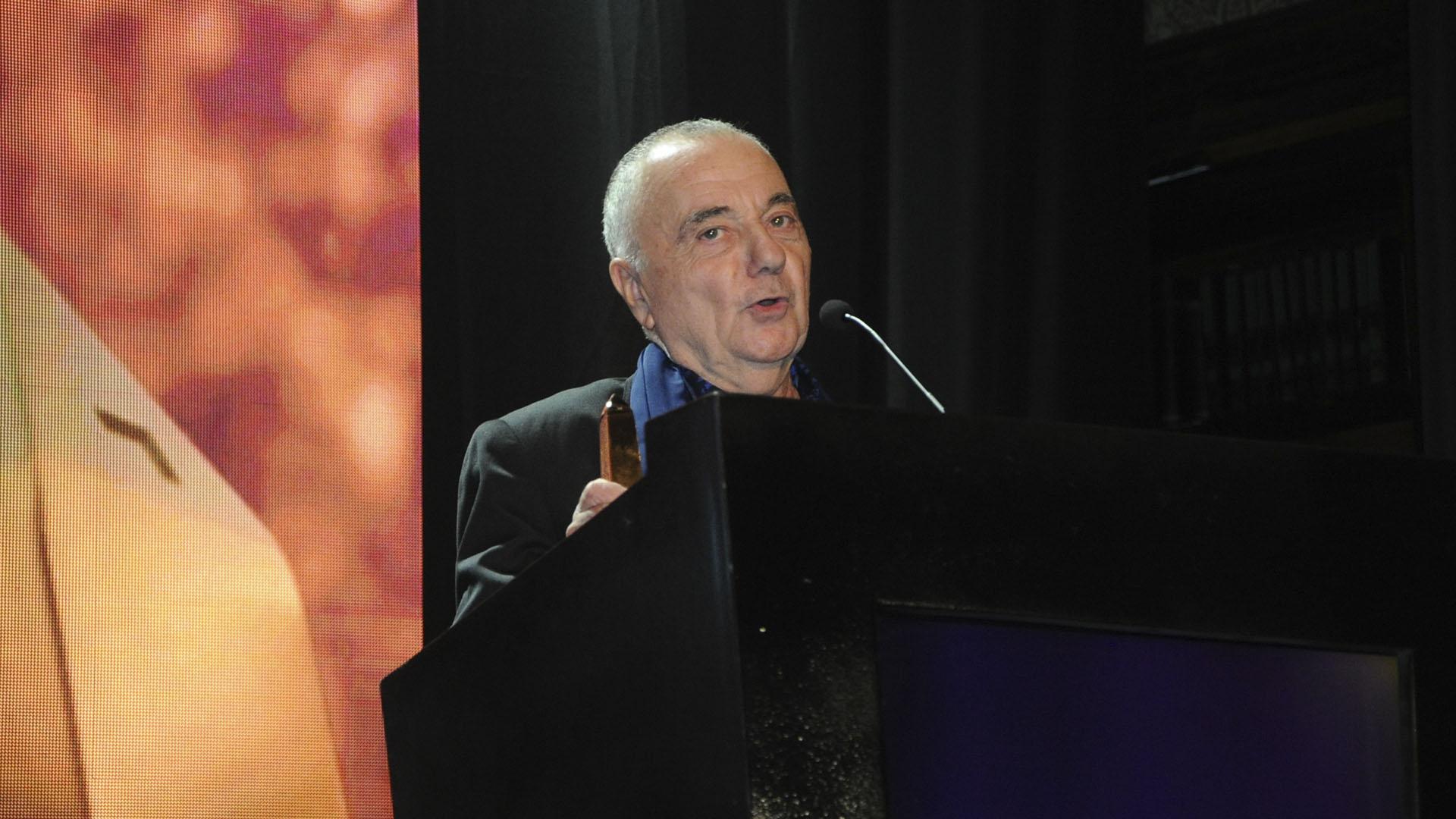 Santiago Doria sobre el escenario tras recibir el galardón de Oro
