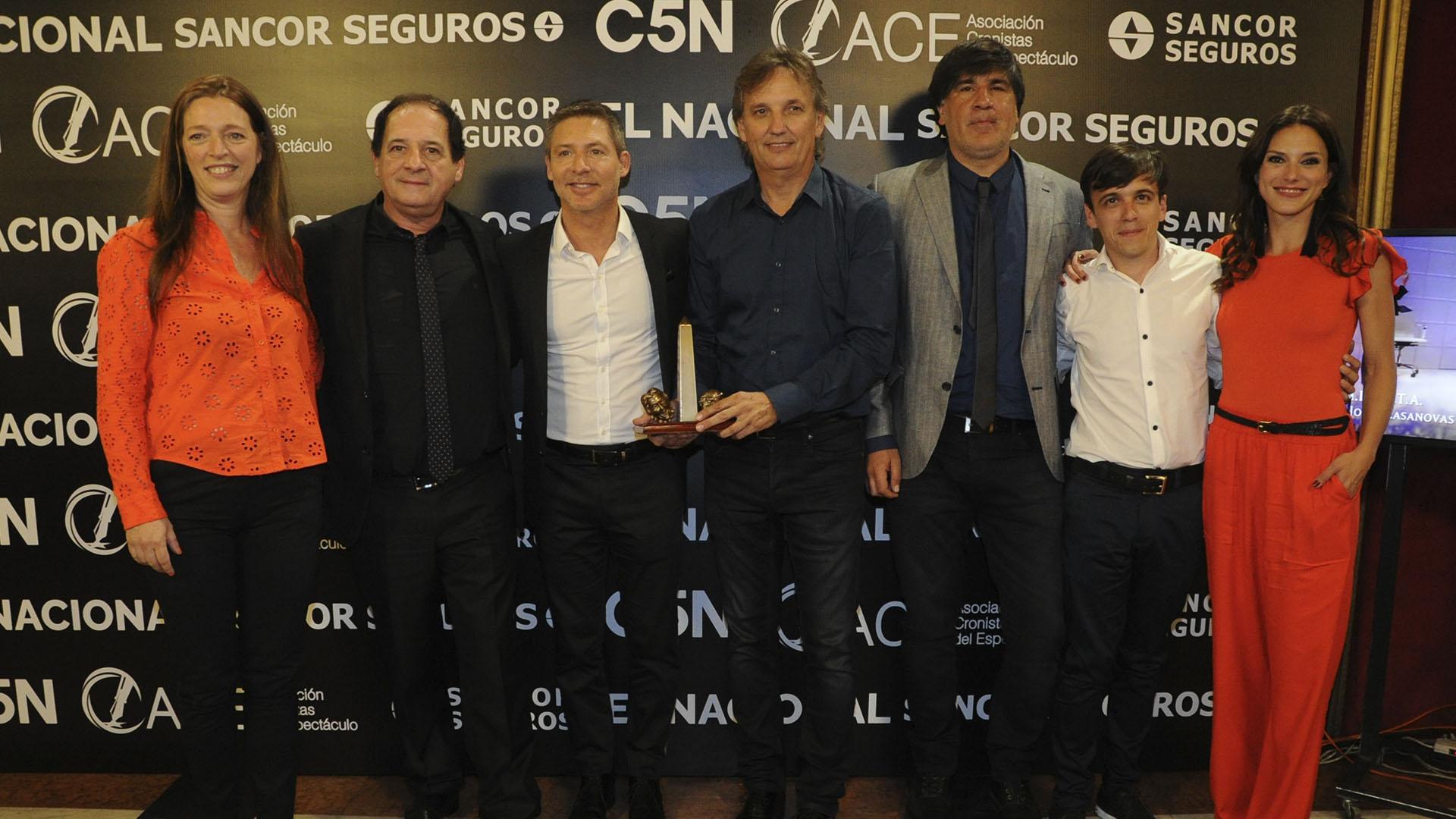 """Adrián Suar y Julio Chávez con el equipo de """"Un rato con él"""", elegida como Mejor Comedia"""