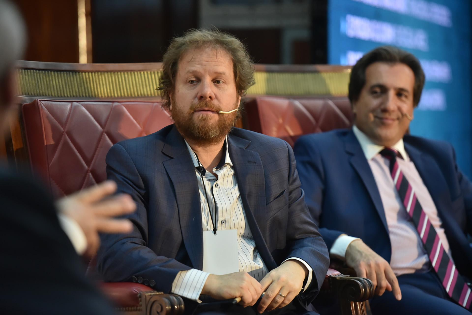 El periodista Carlos Burgueño. Detrás de él, Diego Enríquez