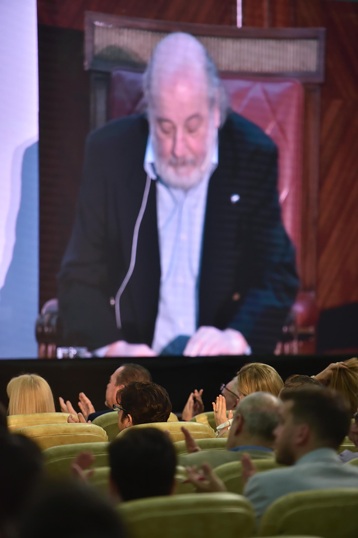Claudio Bonadio en las pantallas del aula magna de la Facultad de Derecho de la UBA