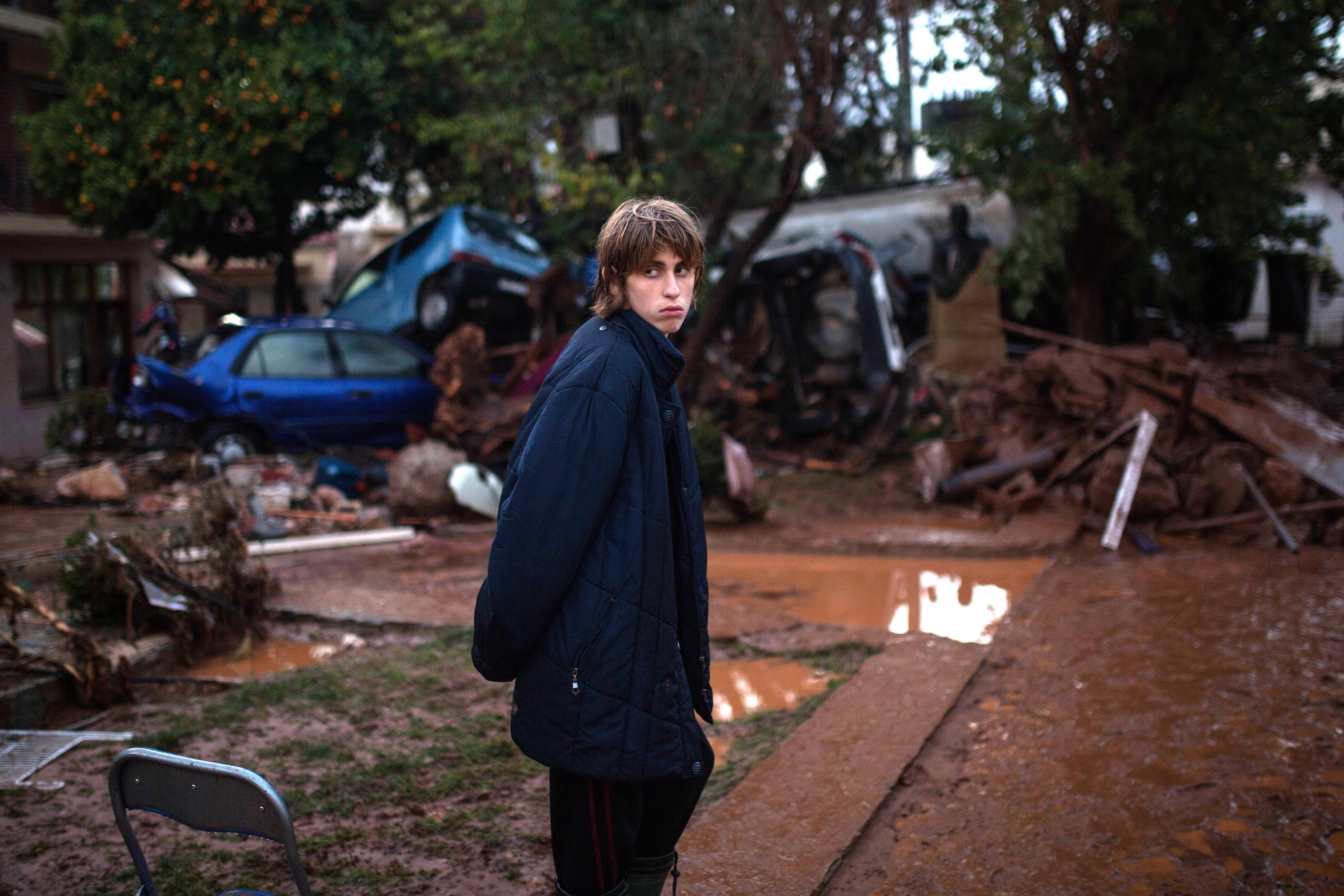 Un joven frente a la devastación en Mandra (AFP/ Angelos Tzortzinis)