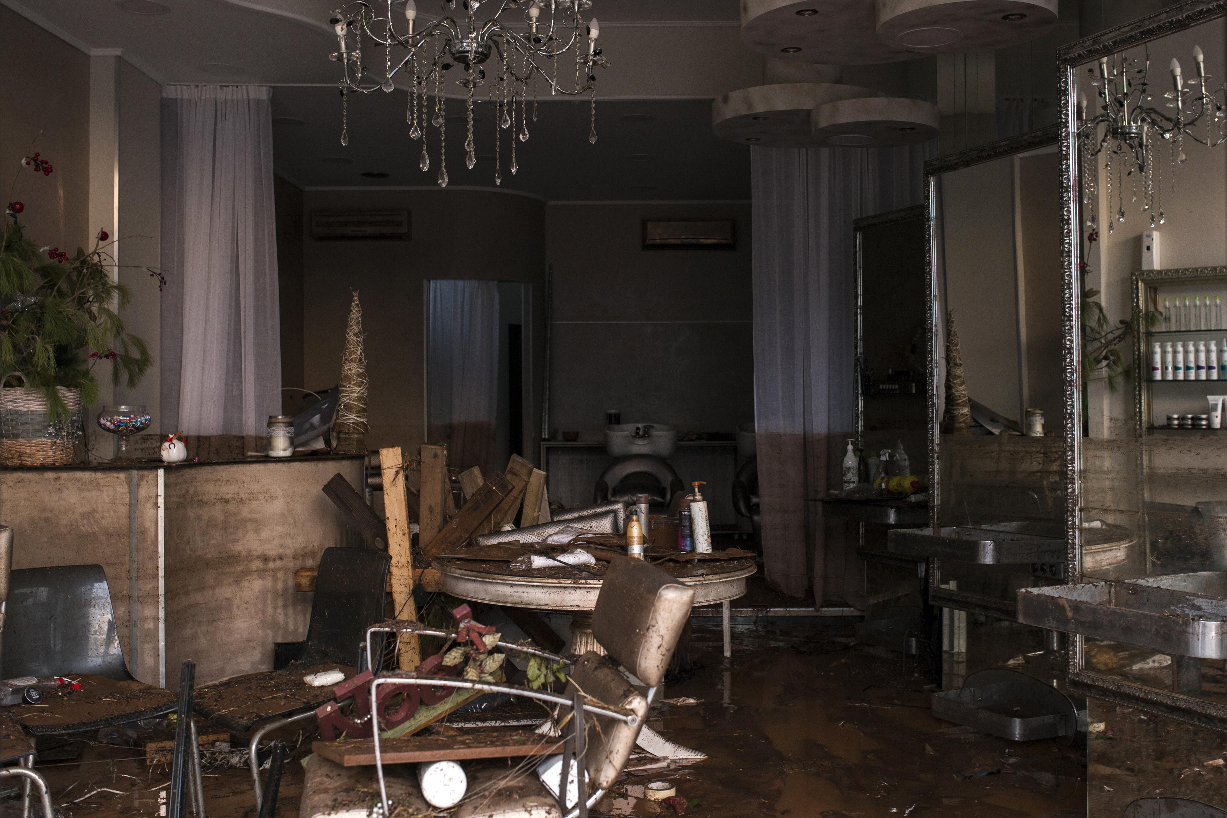 Una tienda cubierta de barro en Mandra (AFP/ Angelos Tzortzinis)