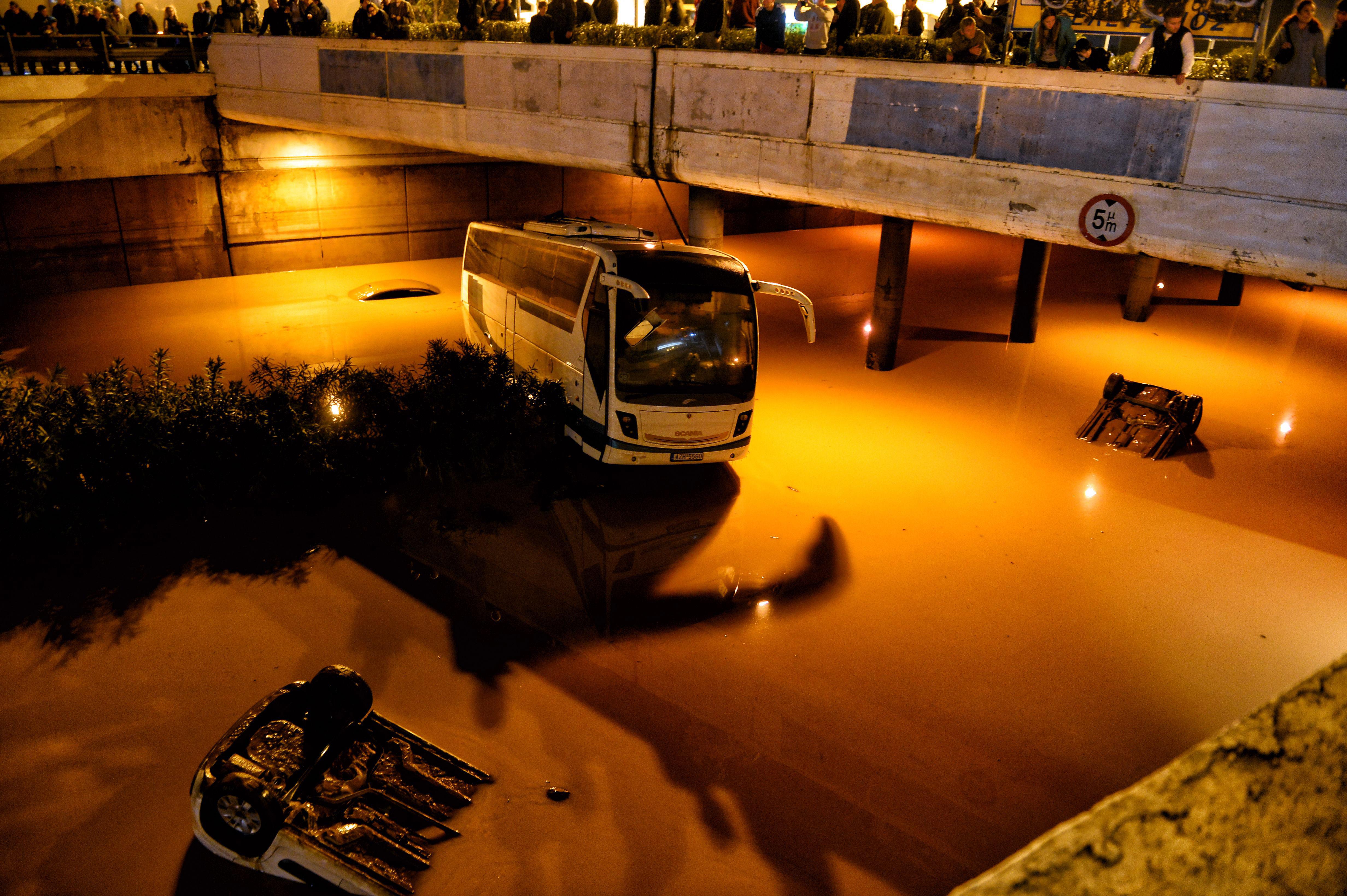 Vehículos bajo el agua en Eleusina, en la zona suroeste de Atenas (AFP / VALERIE GACHE)