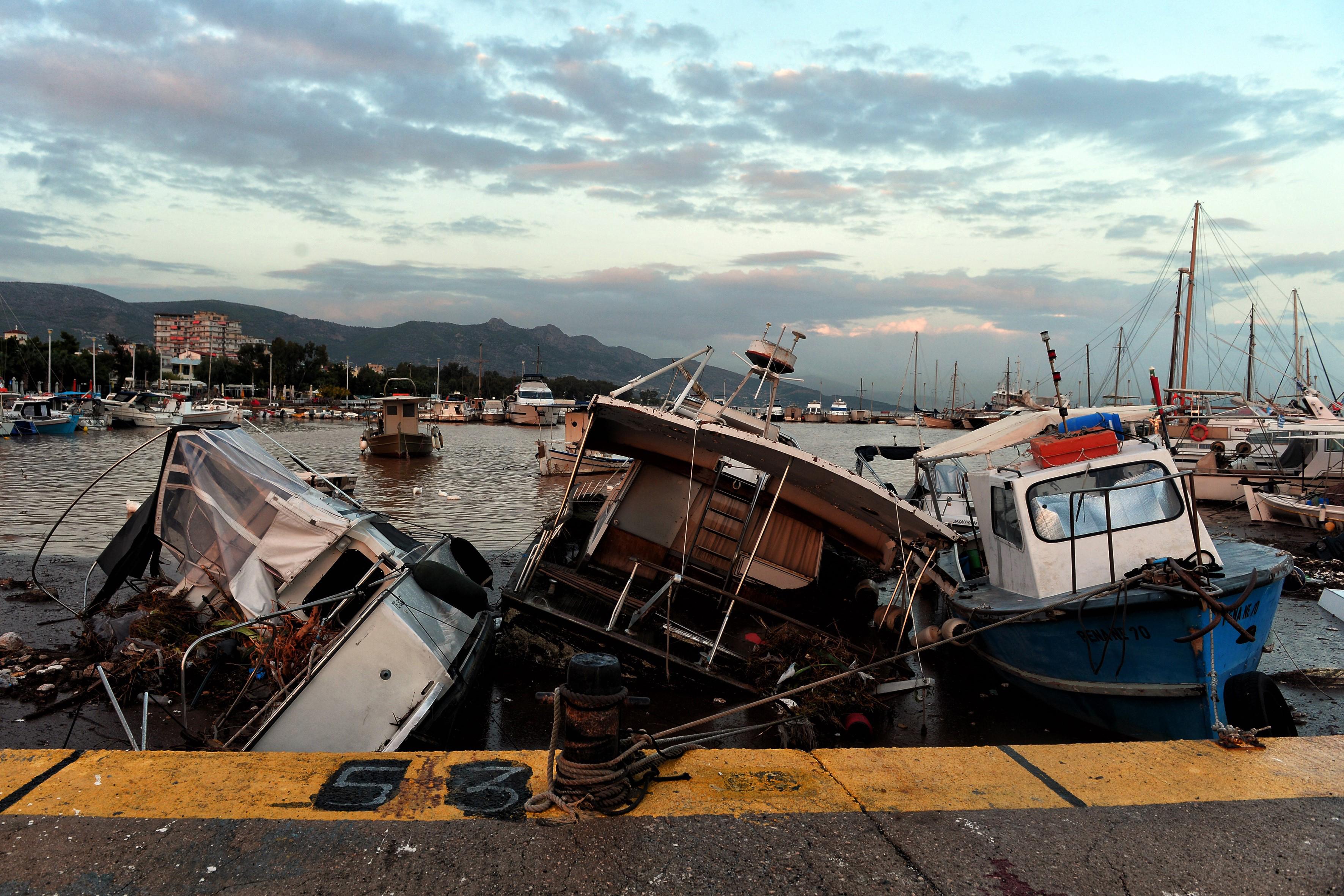 Barcos dañados en el puerto de Nea Peramos (AFP/ VALERIE GACHE)