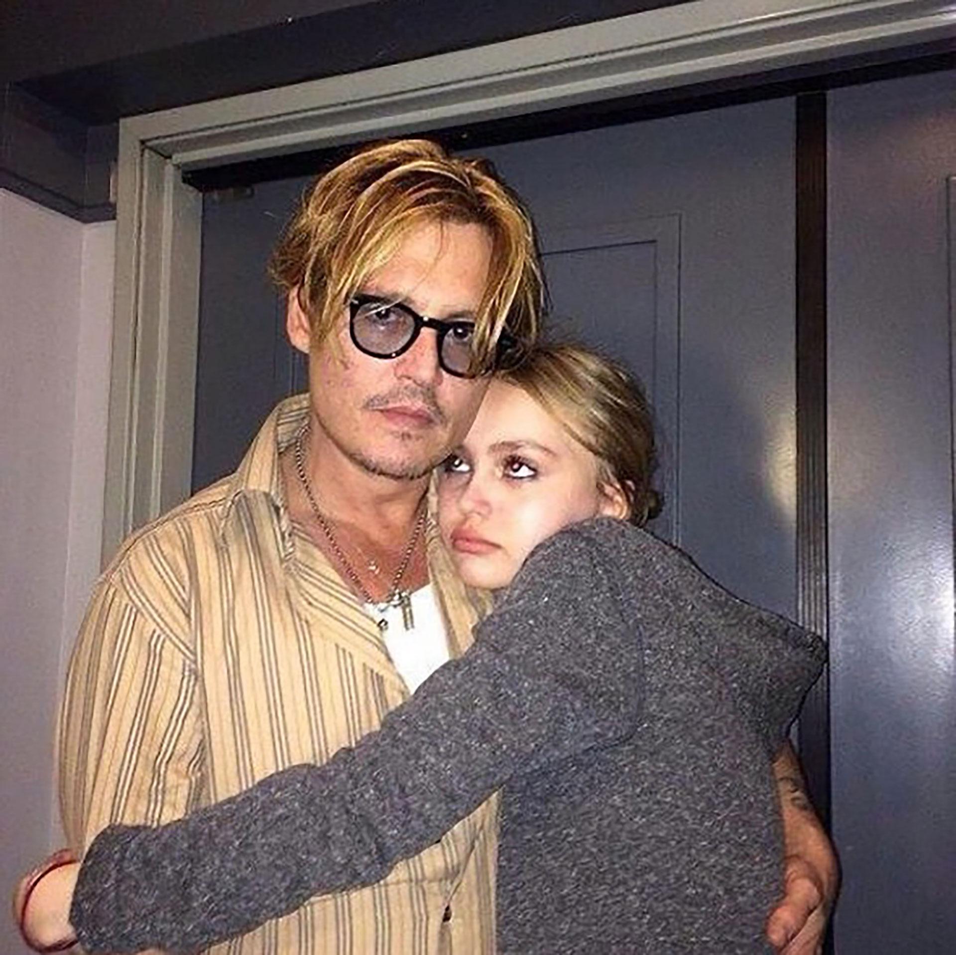 Una tierna imagen con su papá Johnny Depp