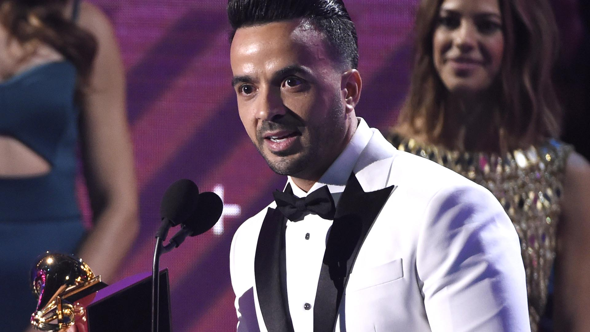"""Luis Fonsi ganó varias estatuillas por el hit """"Despacito"""" en los premios Latin Grammy, en Las Vegas (Chris Pizzello/Invision/AP)"""
