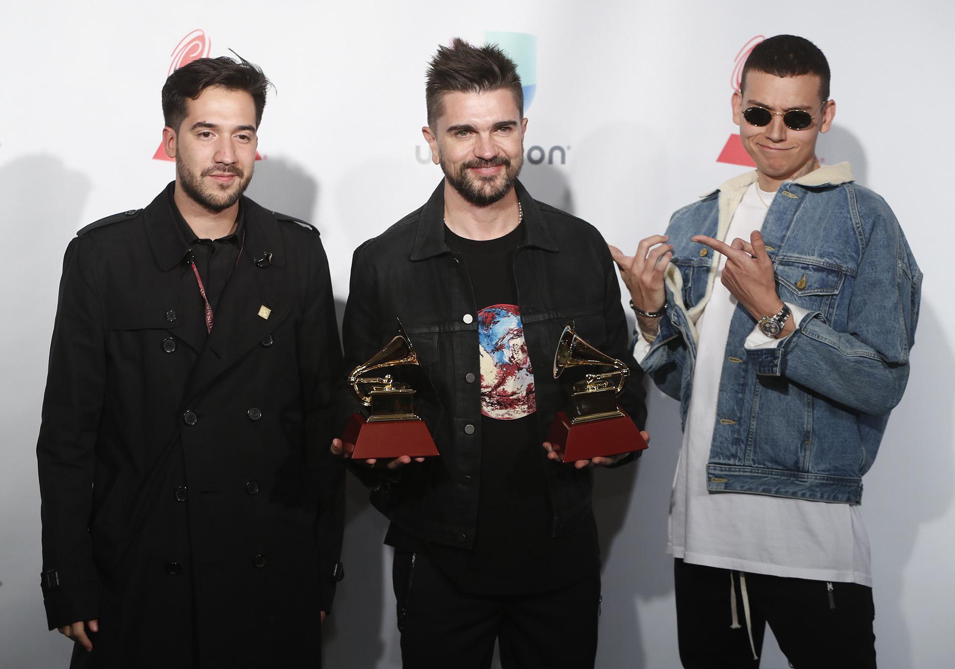 """Juanes, contento con sus dos estatuillas: Álbum Pop/Rock por """"Mis Planes Son Amarte"""" y Canción Alternativa por """"Amárram"""" (REUTERS/Steve Marcus)"""