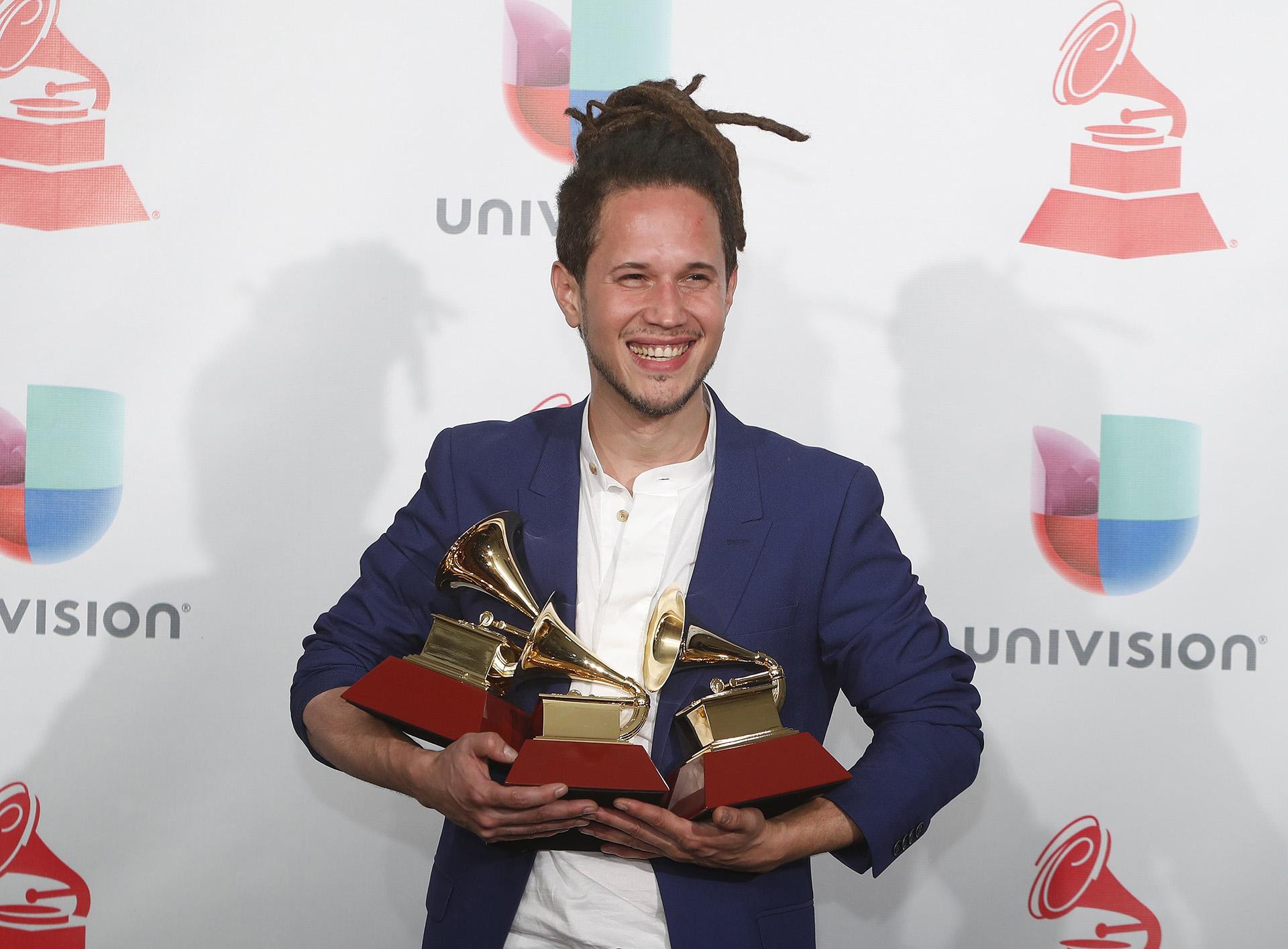 """Vicente García sostiene con alegría sus tres premios: Canción Tropical por """"Bachata En Kingston""""; Álbum Cantautor por """"A La Mar""""; y Nuevo Artista (REUTERS/Steve Marcus)"""