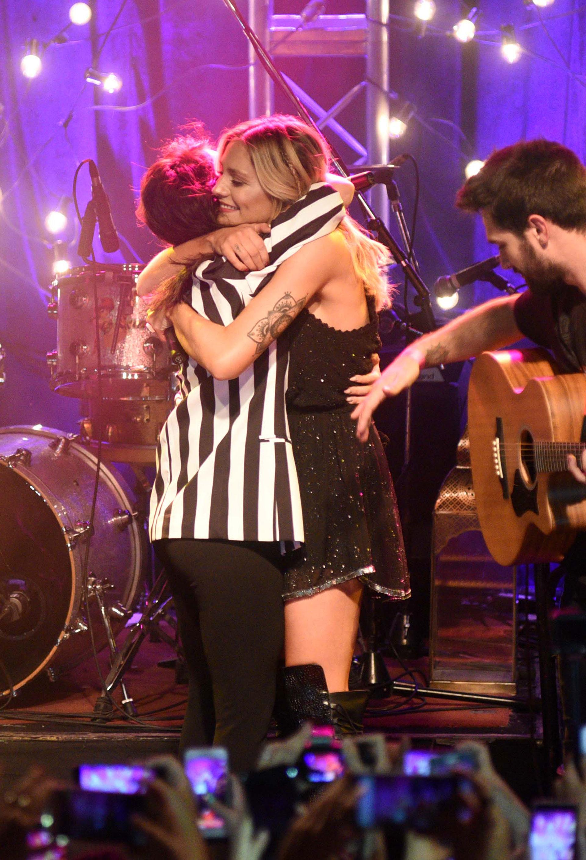 El abrazo entre Lali y Rochi