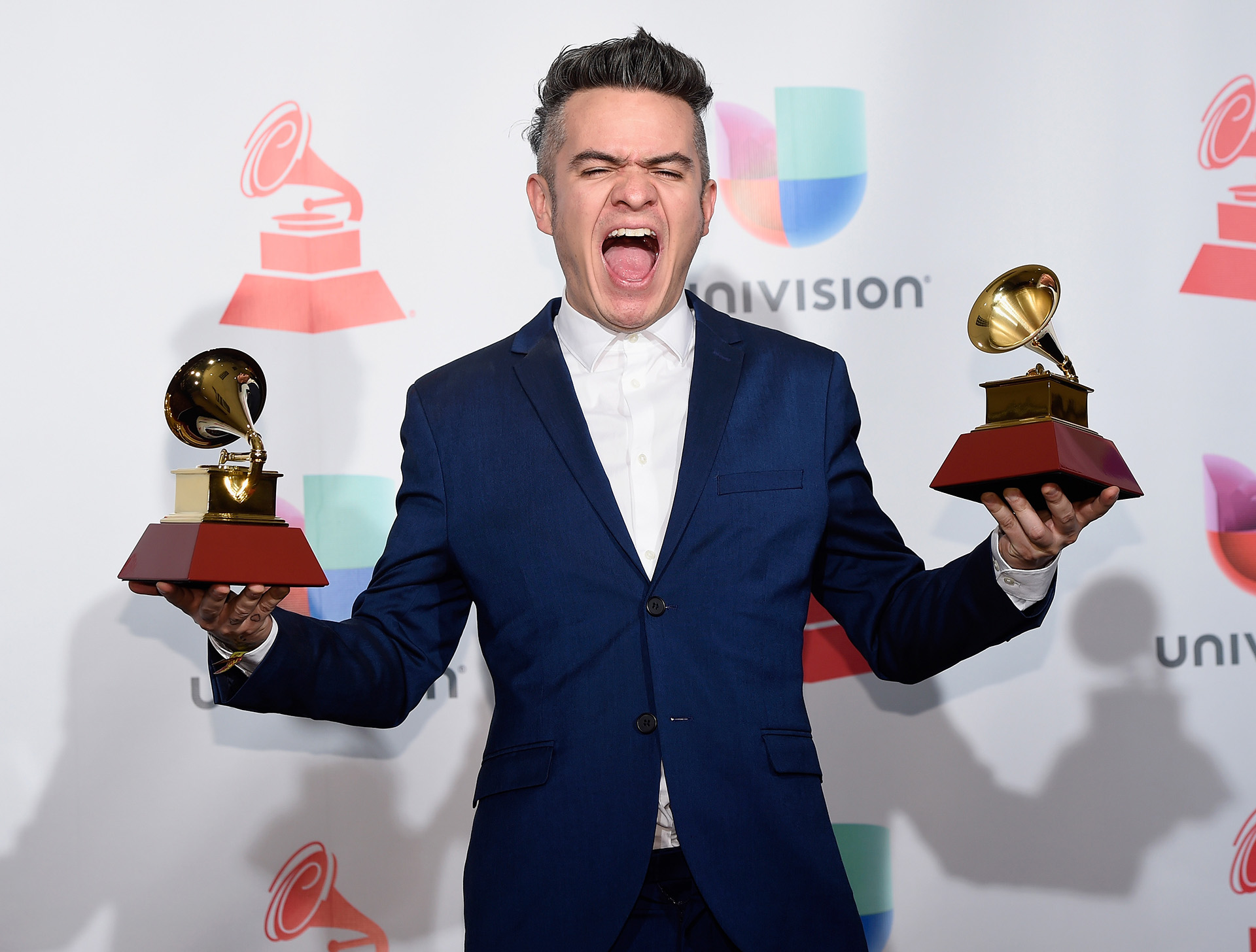 "Juan Galeano de Diamante Eléctrico, eufórico tras ser distinguido en el rubro Canción de Rock por ""Déjala rodar"" y Álbum de Rock por ""La gran oscilación"" (Photo by David Becker/Getty Images )"