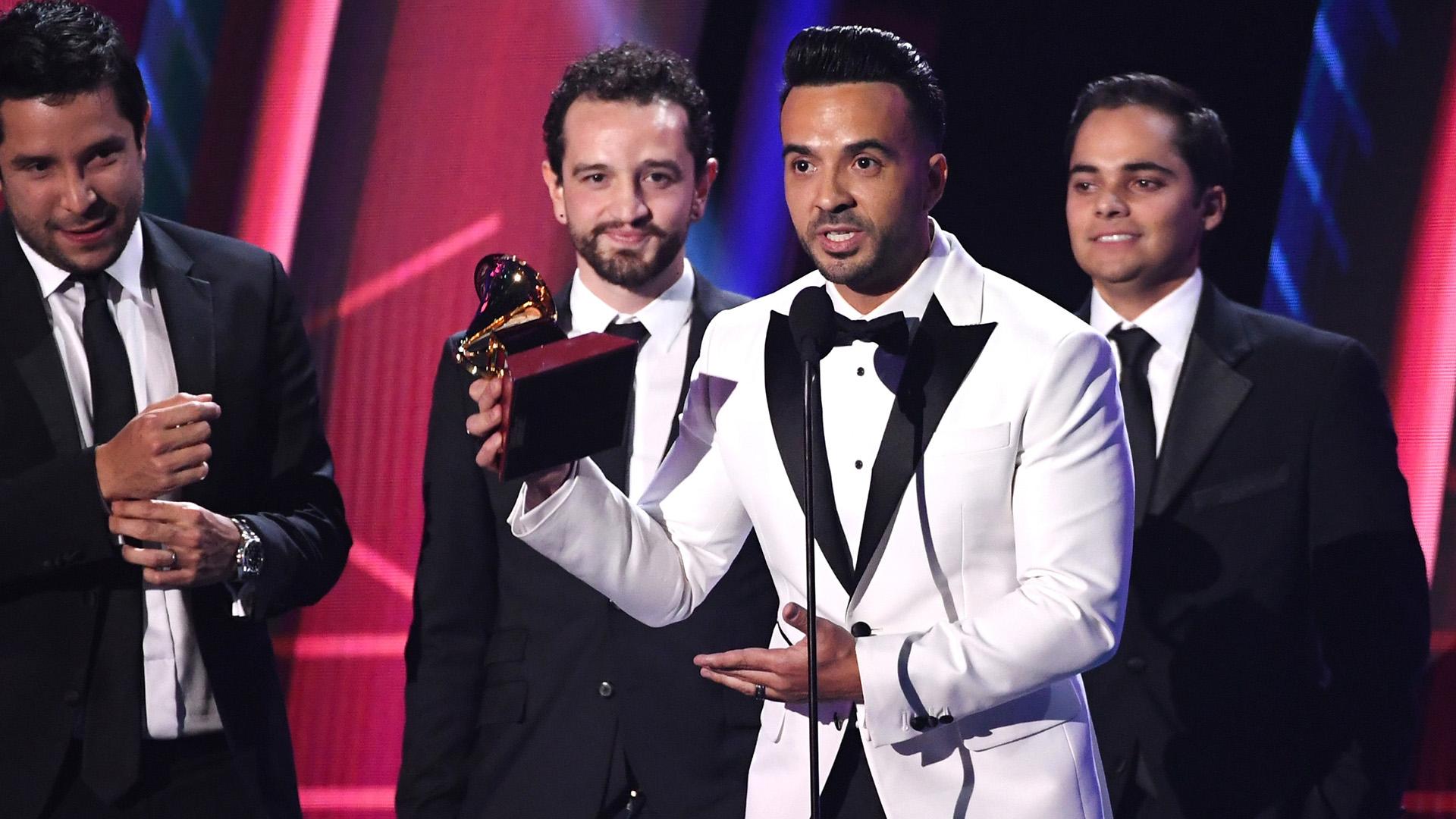 """Luis Fonsi con los productores Mauricio Rengifo, Andrés Torres y Luis Saldarriaga aceptaron el premio Grabación del Año por """"Despacito"""" (Kevin Winter/Getty Images)"""