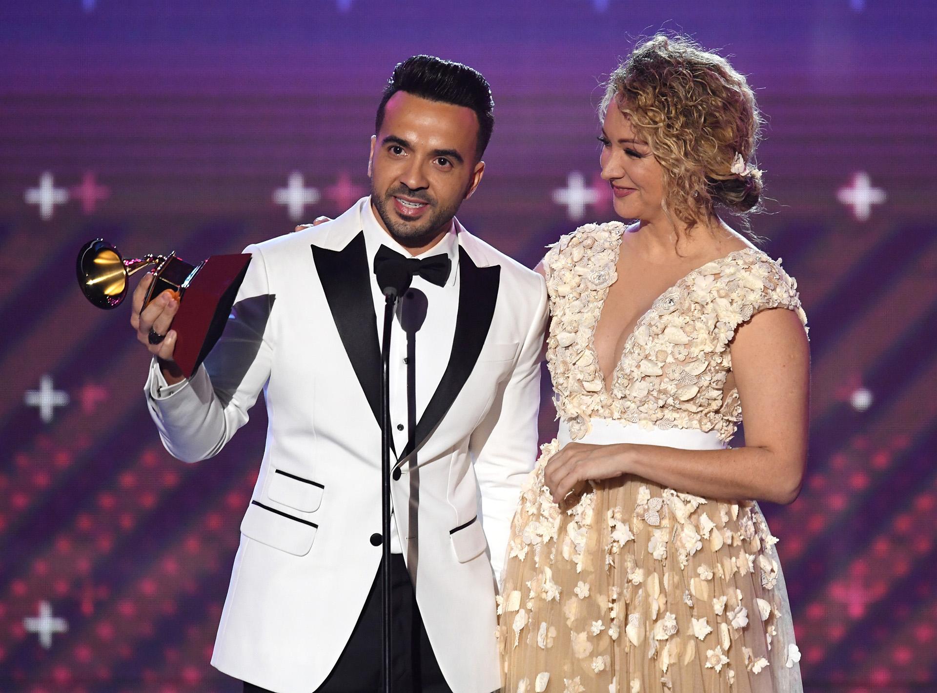 """Luis Fonsi y Erika Ender ganaron en el rubro Canción del Año por """"Despacito"""" (Kevin Winter/Getty Images)"""