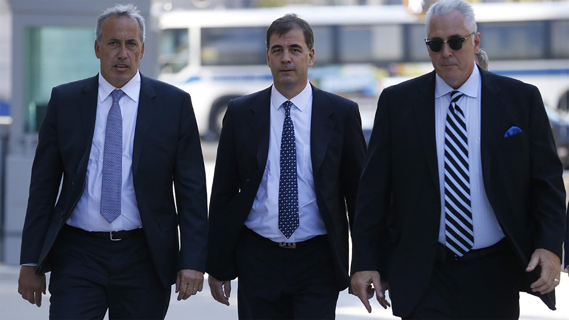 Alejandro Burzaco junto a sus abogados (EFE)