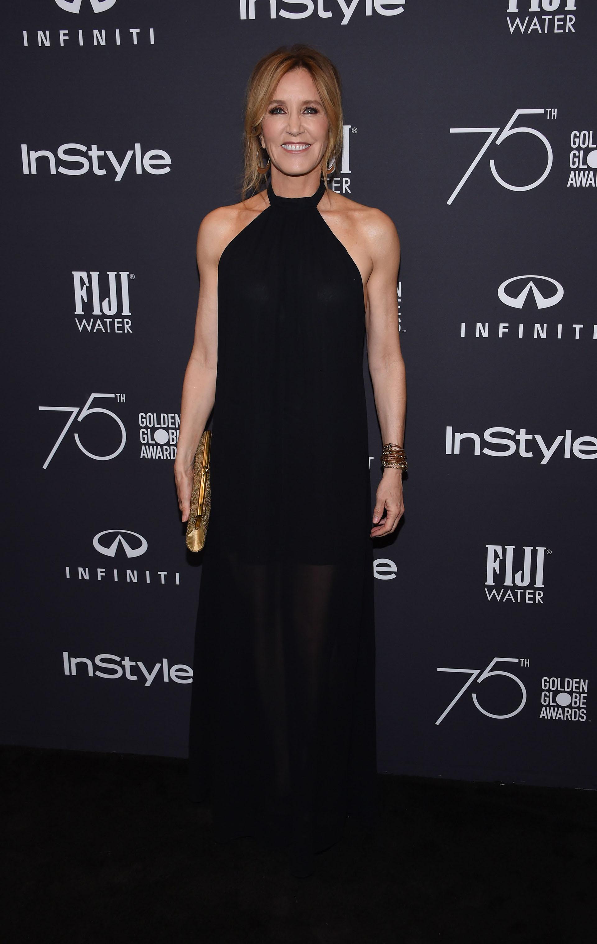 Felicity Huffman con un delicado vestido negro de cuello alto, un clásico en las alfombras rojas que nunca falla