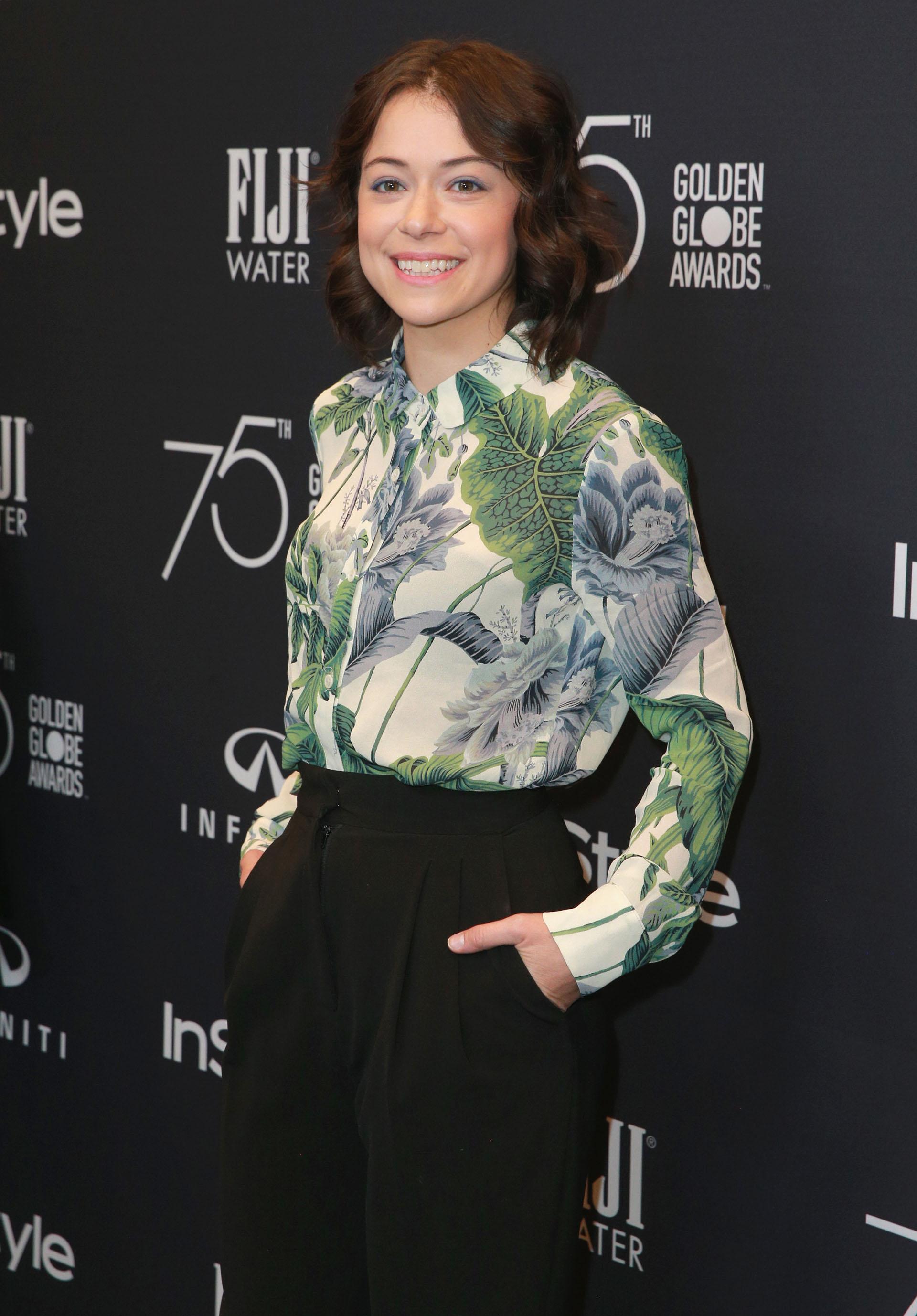 Tatiana Maslany lució una blusa con estampas y un pantalón negro