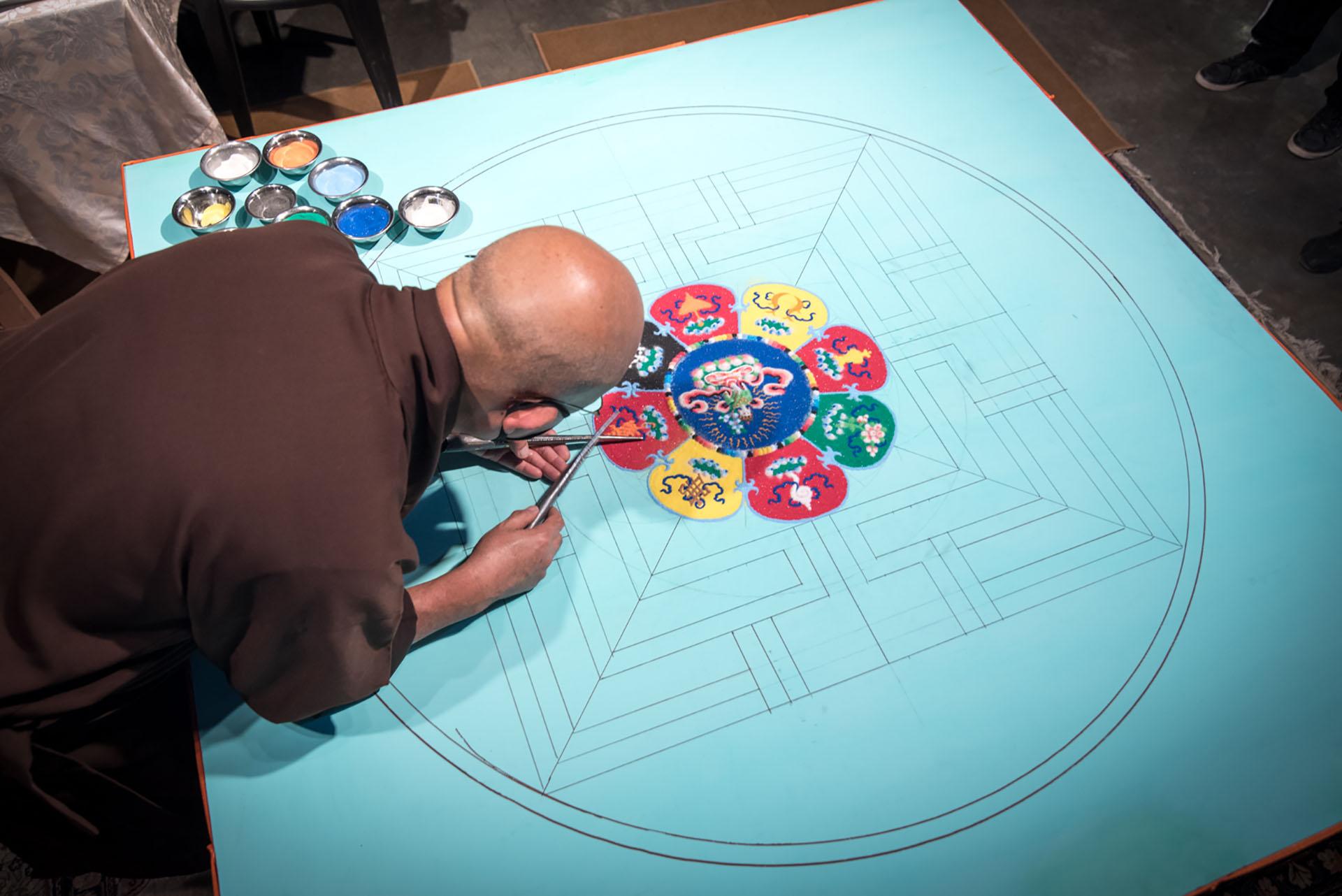 El mandala es una expresión milenaria, artística y espiritual y al mismo tiempo el símbolo de la impermanencia