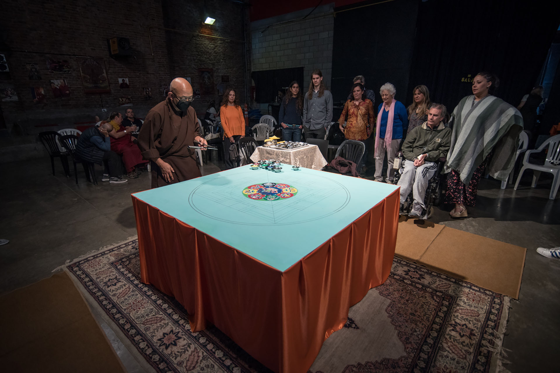 El Lama Losang Samten vive en Estados Unidos, luego de residir 20 años en la India en el Monasterio Namgyal del Dalai Lama, a quien acompañó como asistente obteniendo el más alto nivel de estudios budistas y alcanzando el grado de Maestro de danzas rituales y mandalas de arena