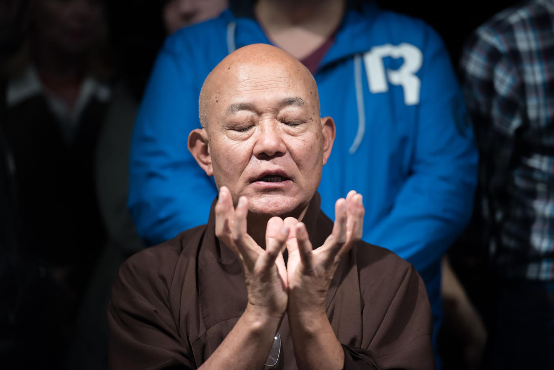 El Lama Losang Samten visitó la Argentina y realizó un mandala de arena coloreada en el centro cultural del Gobierno de la Ciudad Carlos Gardel y en en la sede del Instituto Budista KTC de Buenos Aires
