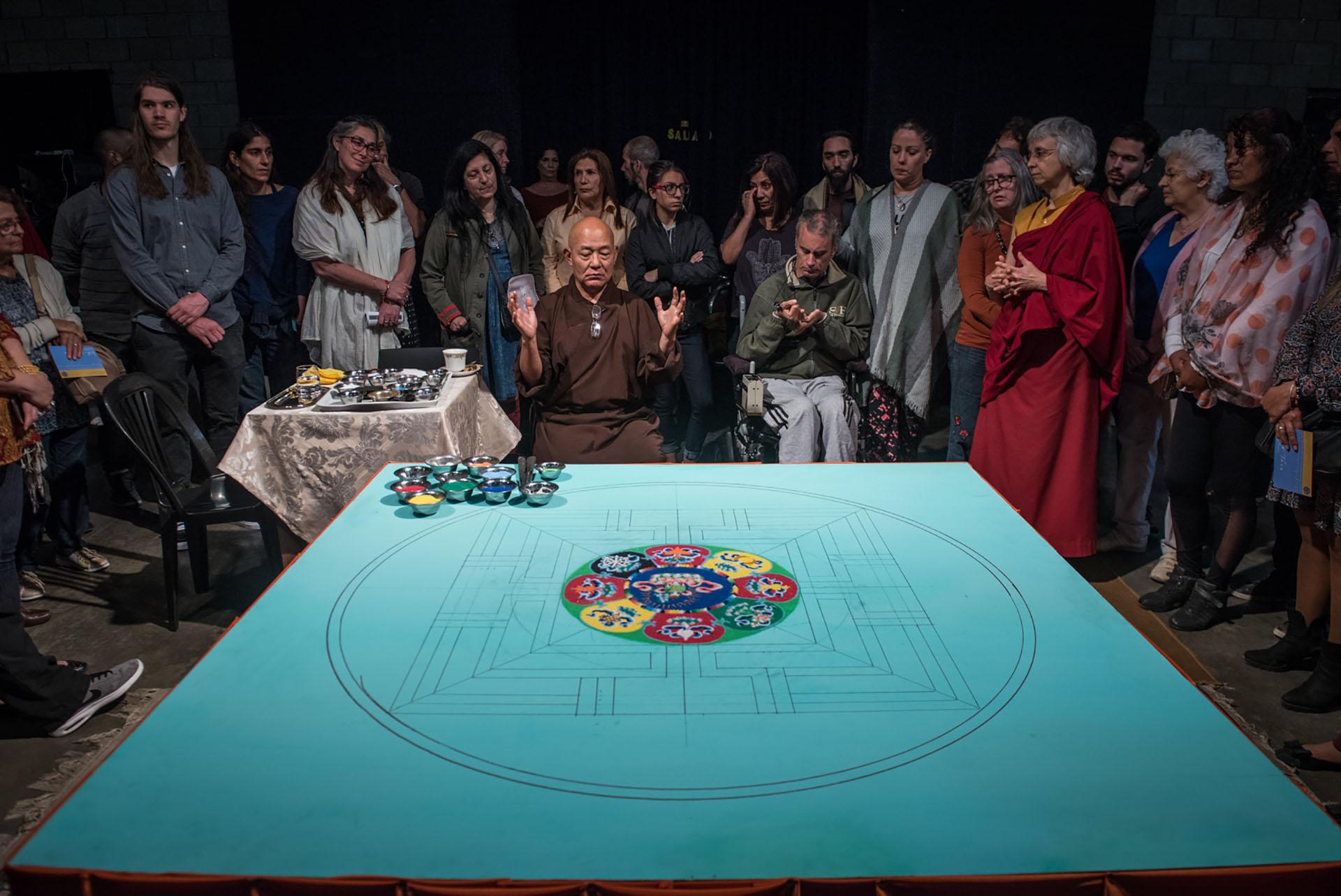 """El budismo tibetano es la religión predominante de los pueblos mongoles y tibetanos, todos los cuales reconocen al Dalái Lama como Bodhisattva (bodhi, """"supremo conocimiento"""" y sattva, """"ser"""")"""