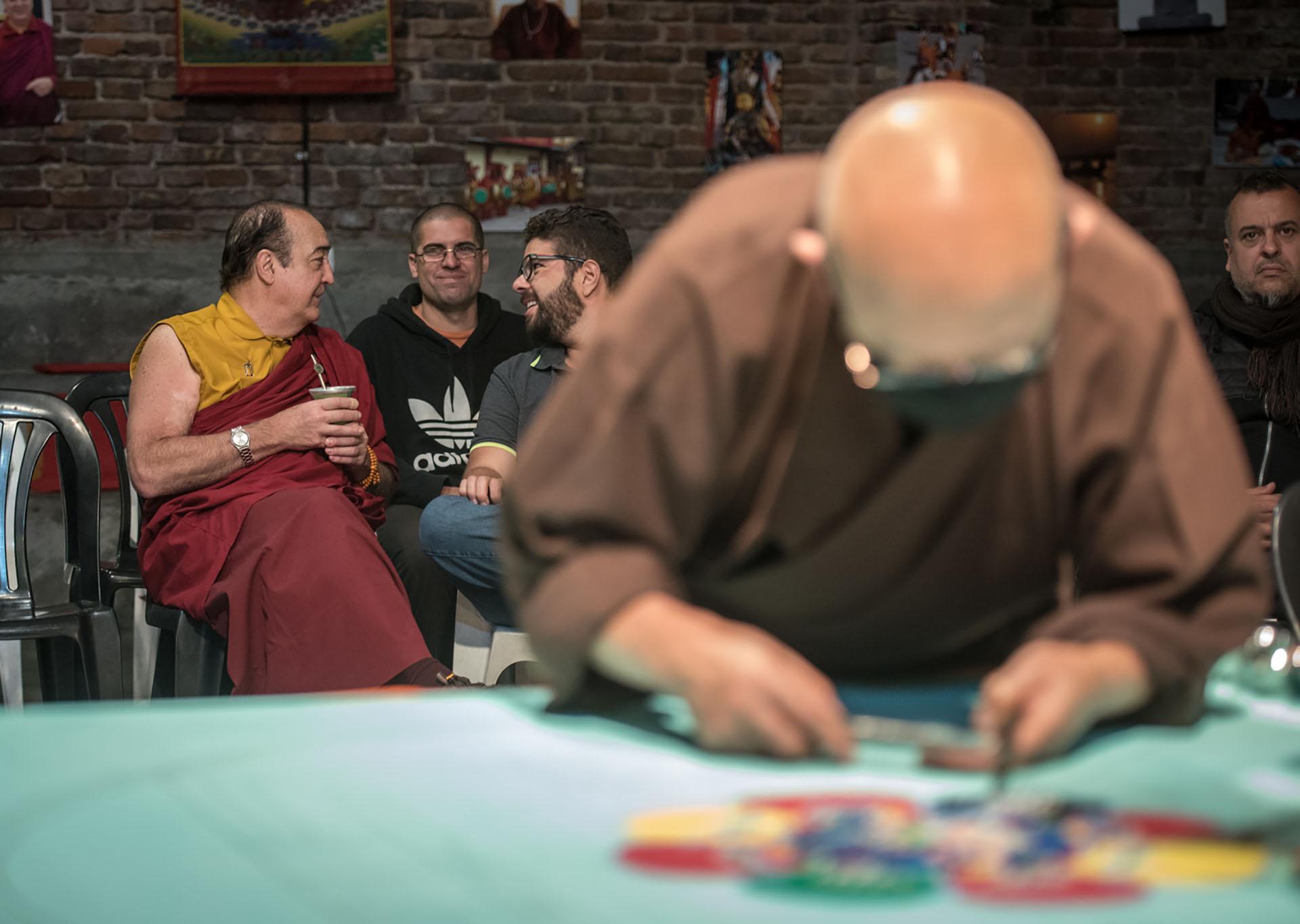 Mandala es una palabra sánscrita que significa círculo y totalidad. Son un centro energético de equilibrio y purificación que ayuda a transformar el entorno y la mente