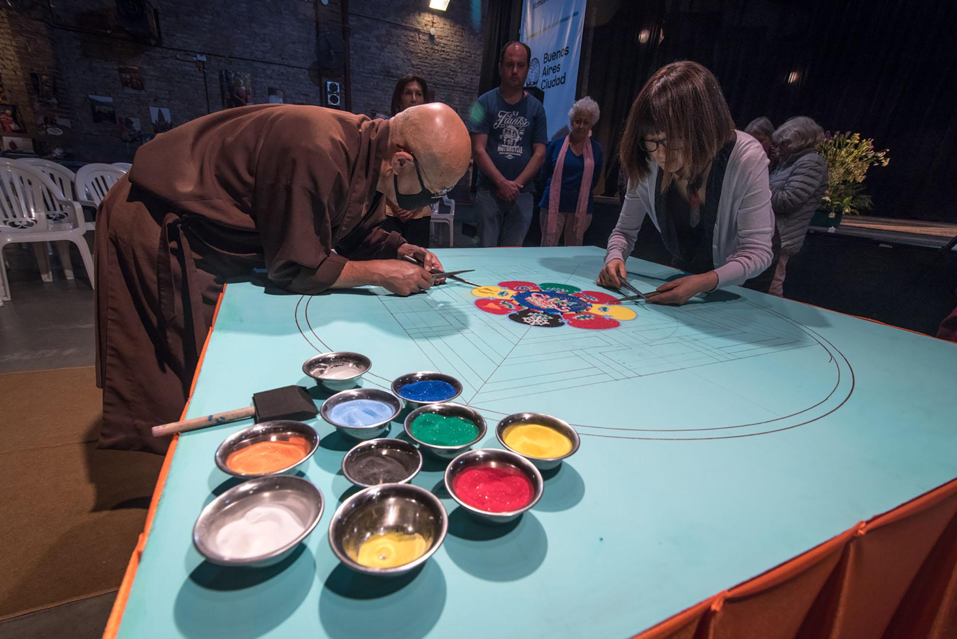 El Lama Samten ha creado mandalas de arena en museos, colegios, universidades y centros comunitarios de Estados Unidos, Canadá, México y Europa