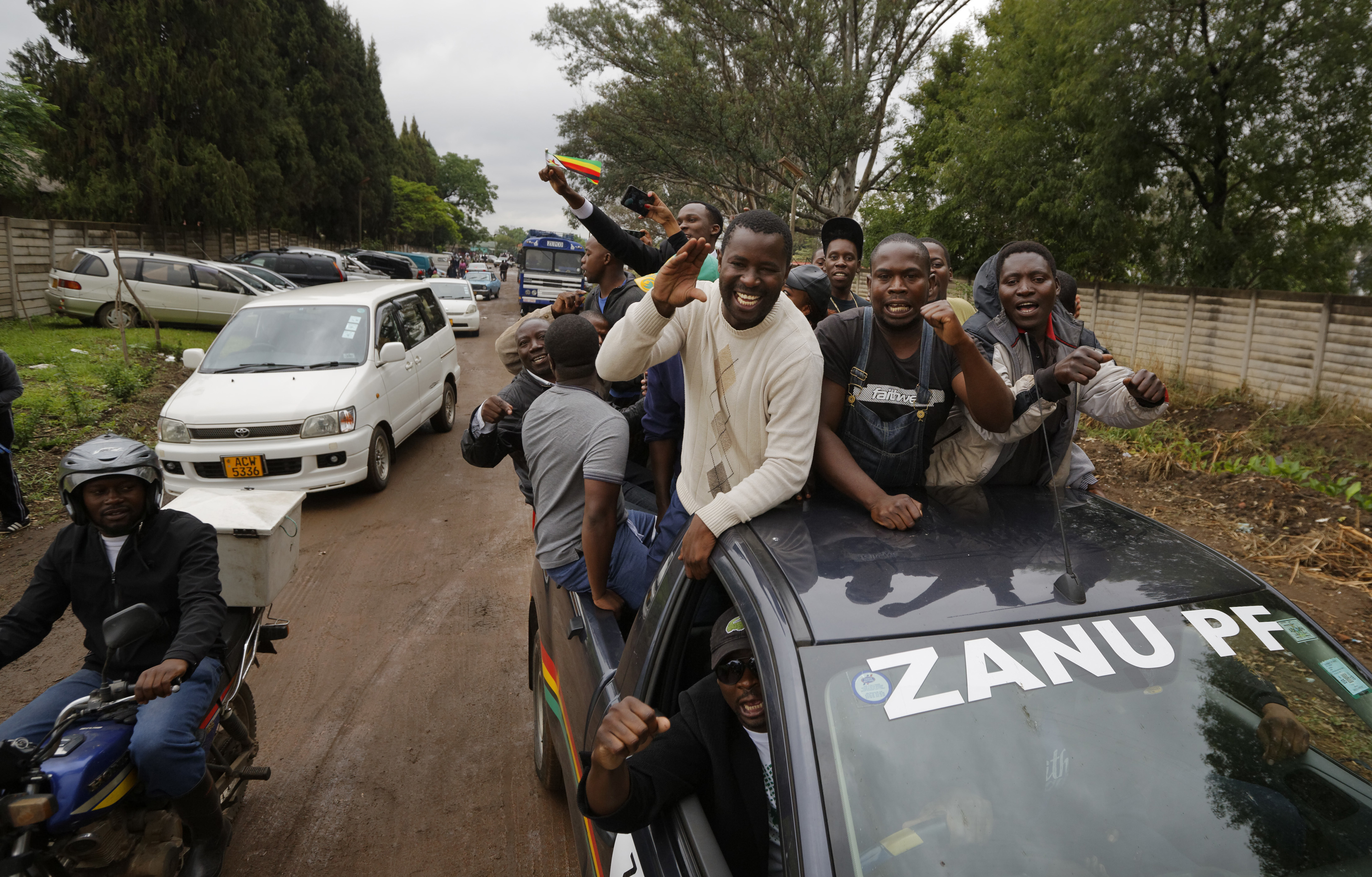 "La protestas fueron multitudinarias en la capital Harare."" (AP Photo/Ben Curtis)"