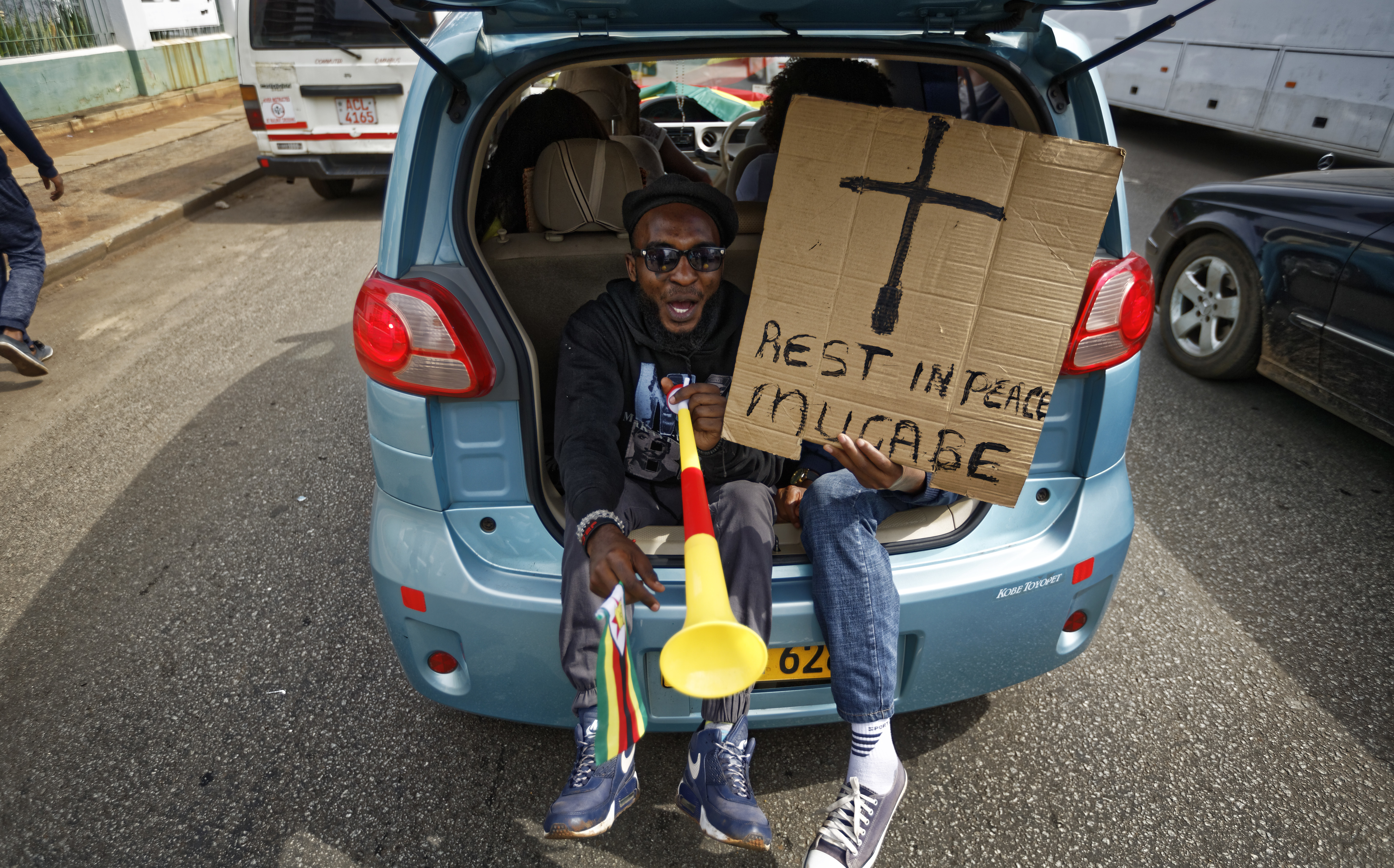 """""""Descansa en paz, Mugabe"""", dice uno de los pancartas de las personas que salieron a protestar. (AP Photo/Ben Curtis)"""