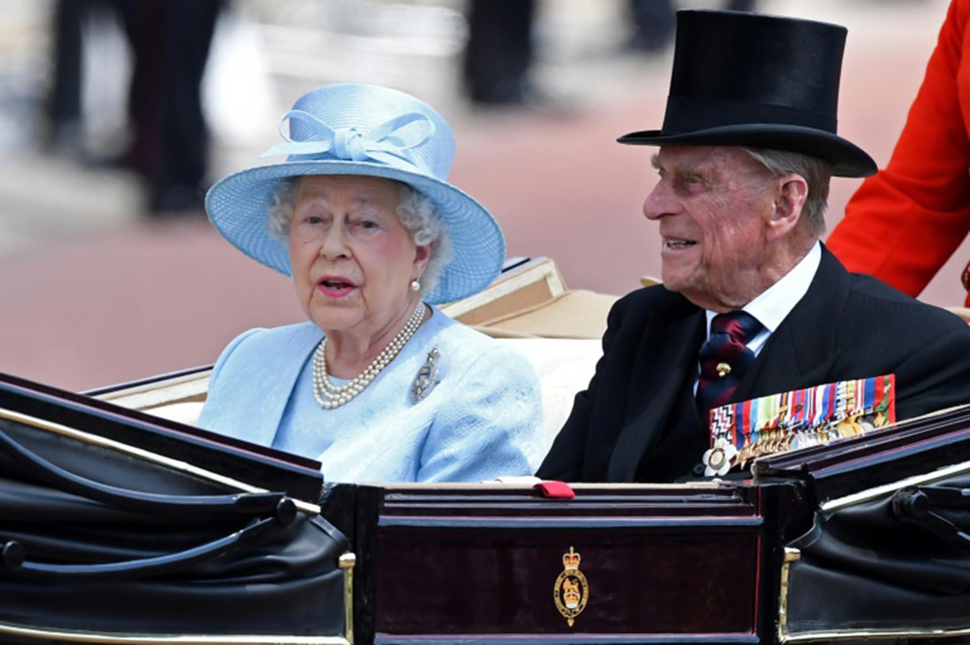La reina Isabel II de Inglaterra y el príncipe Felipe, duque de Edimburgo, el 17 de junio de 2017 durante un paseo en carruaje de caballos en el Palacio de Buckingham, en Londres (AFP/Archivos – Chris J Ratcliffe)
