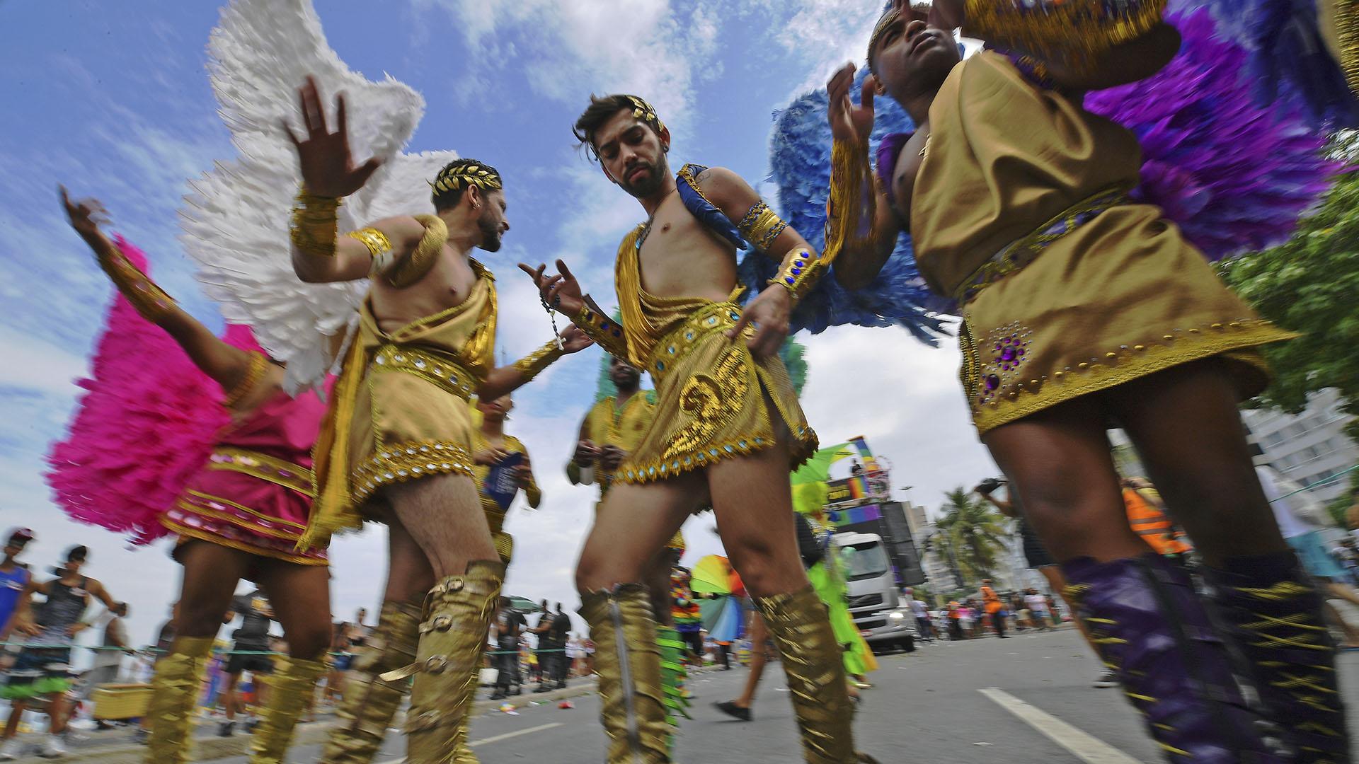 """""""Estamos viviendo un momento muy difícil porque tenemos un alcalde totalmente homofóbico que está contra todo y todos, es anticultural. Esto no puede ser. Yo, que vengo de (los años de) la dictadura en los 60, no lo admito. El desfile es nuestro, es mío, es tuyo, es una alegría"""", señaló Jani de Castro, cofundadora de la marcha"""
