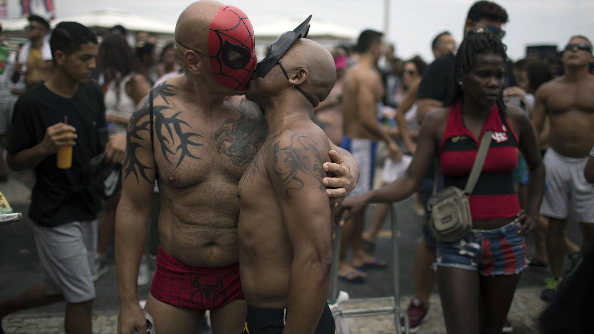 La manifestación congregó a decenas de miles de personas en la avenida Atlántica, que bordea la playa de Copacabana, y transcurrió en clima de fiesta pero con mensajes de claro contenido político y en defensa de los derechos de los homosexuales